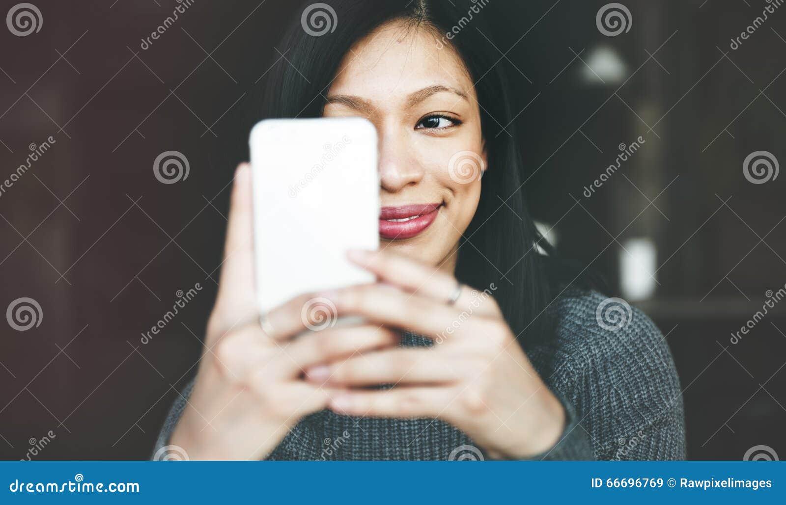 Mode de vie de refroidissement de belle femme utilisant le concept de Smartphone