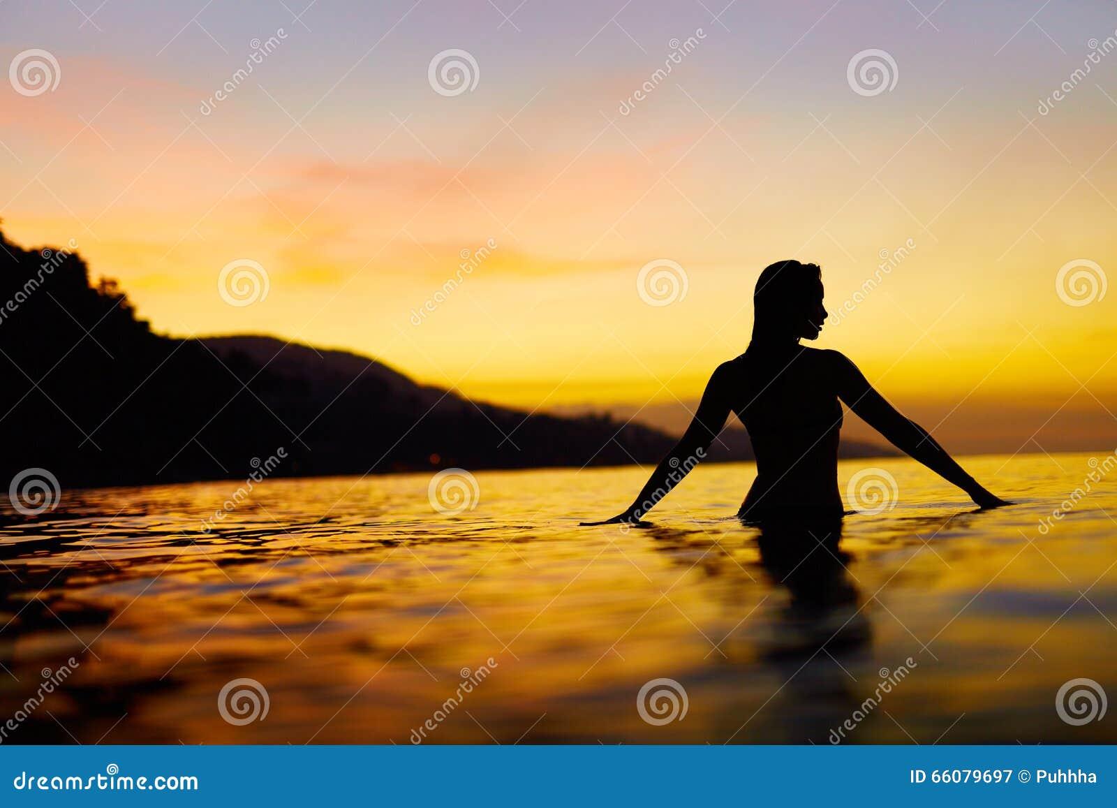 Mode de vie sain, santé Femme appréciant le coucher du soleil de mer Été VCA