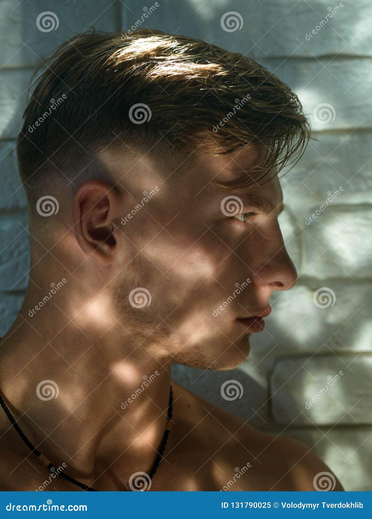 Mode Et Beaute Masculines Homme Bel Avec La Coupe De Cheveux De Stylesh Salon De Salon De Coiffure Et De Coiffeur Homme Rase Type Image Stock Image Du Stylesh Salon 131790025