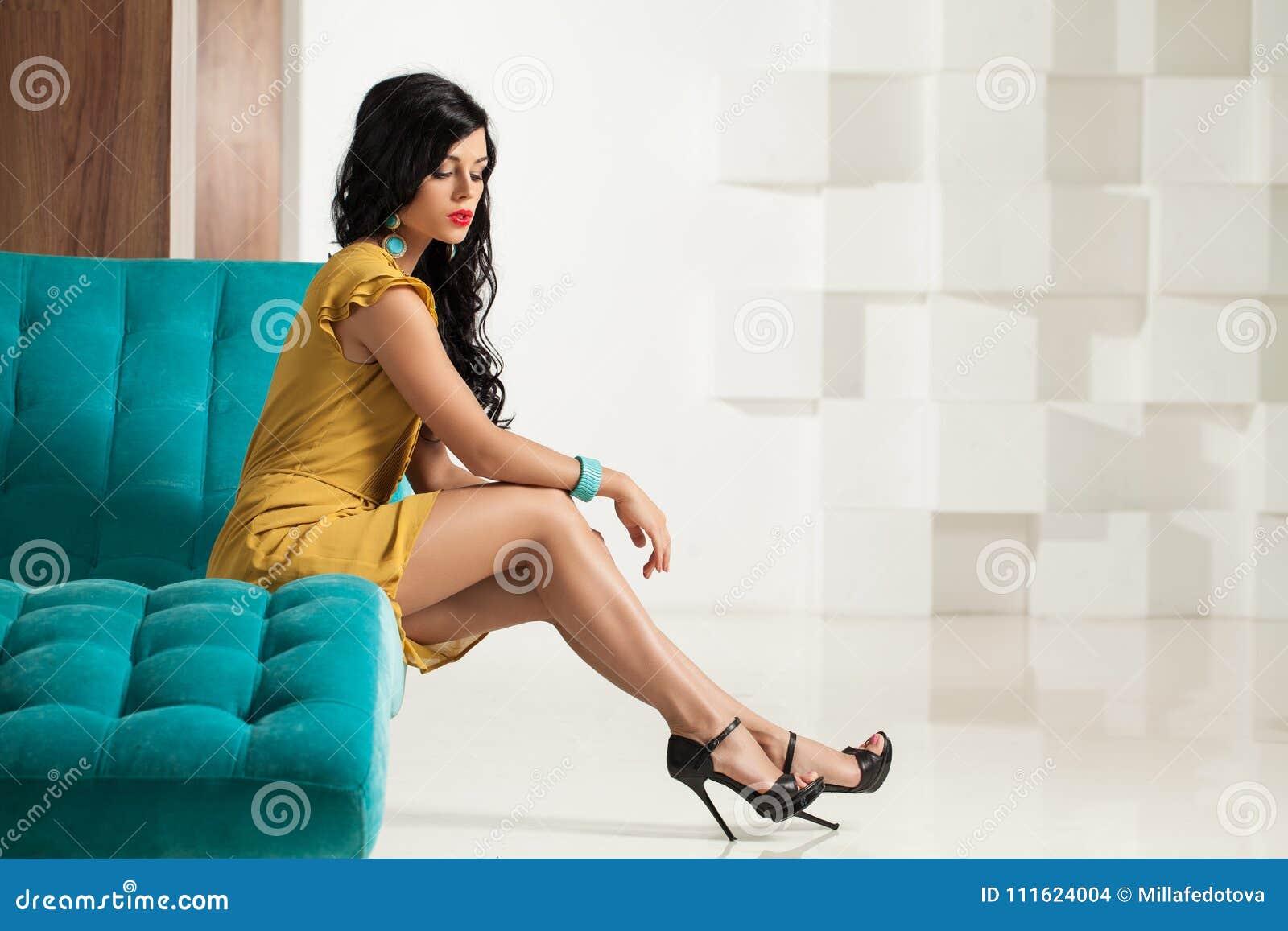 Mode-Foto der perfekten jungen Brunette-Frau