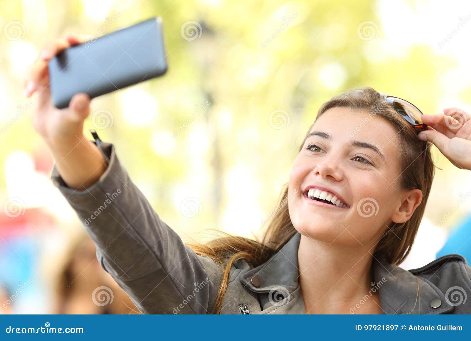 Mode jugendlich nehmende selfies auf der Straße