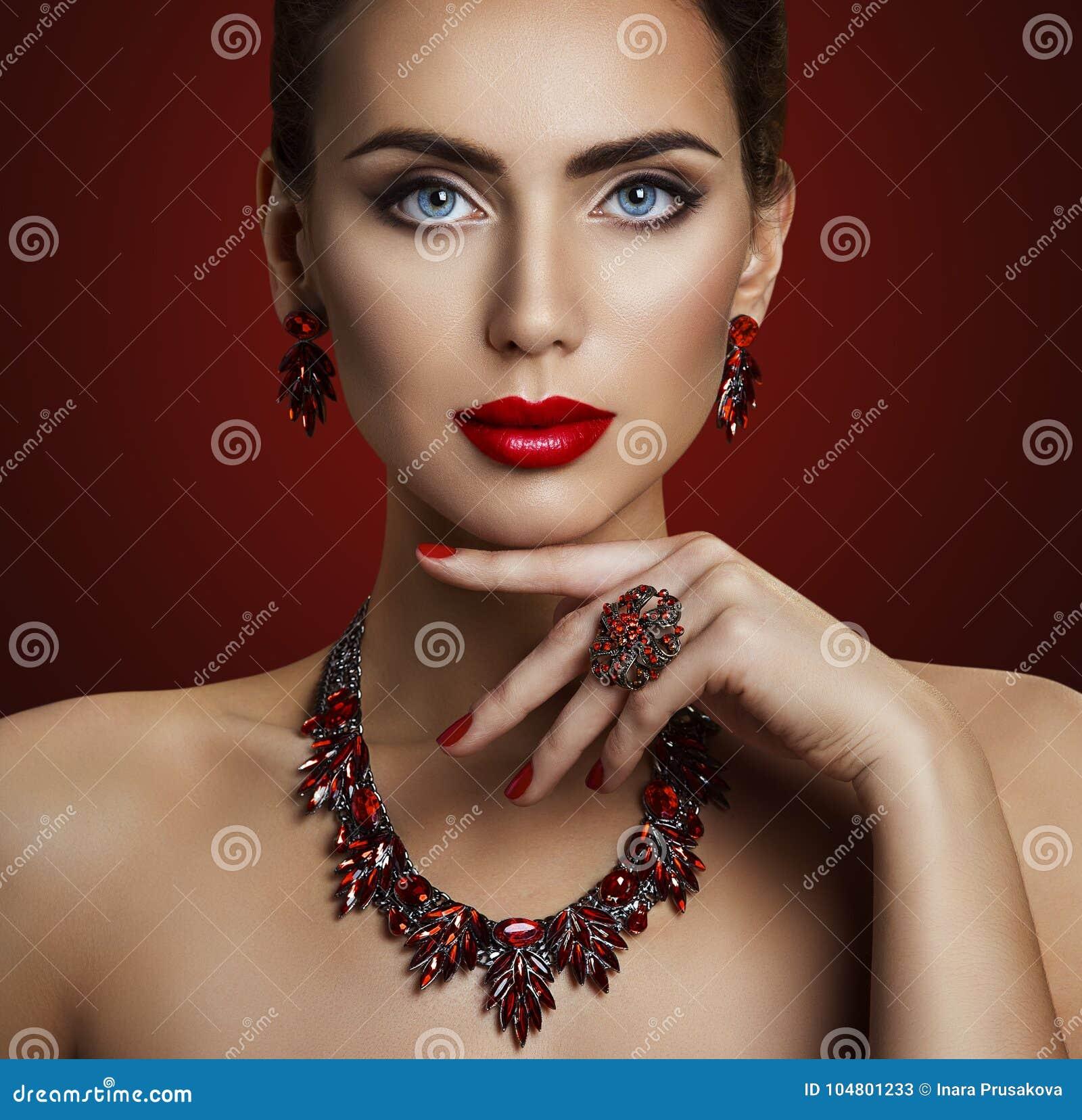 Mode-Modell Beauty Makeup, roter Steinschmuck, Retro- Frau