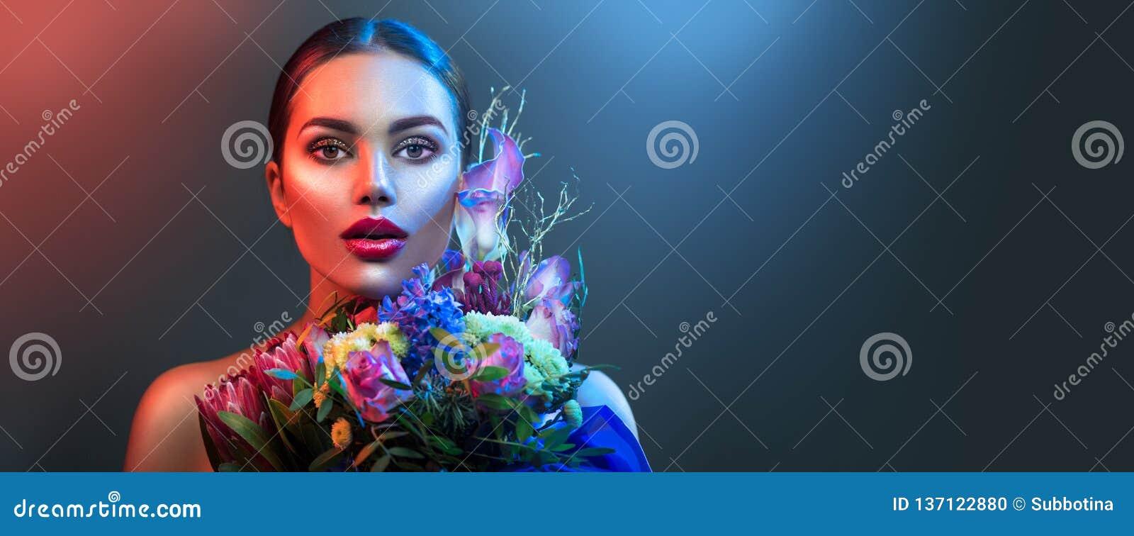 Mode-Modell-Frau im Neonlicht Schönes vorbildliches Mädchen mit buntem hellem Leuchtstoffmake-up