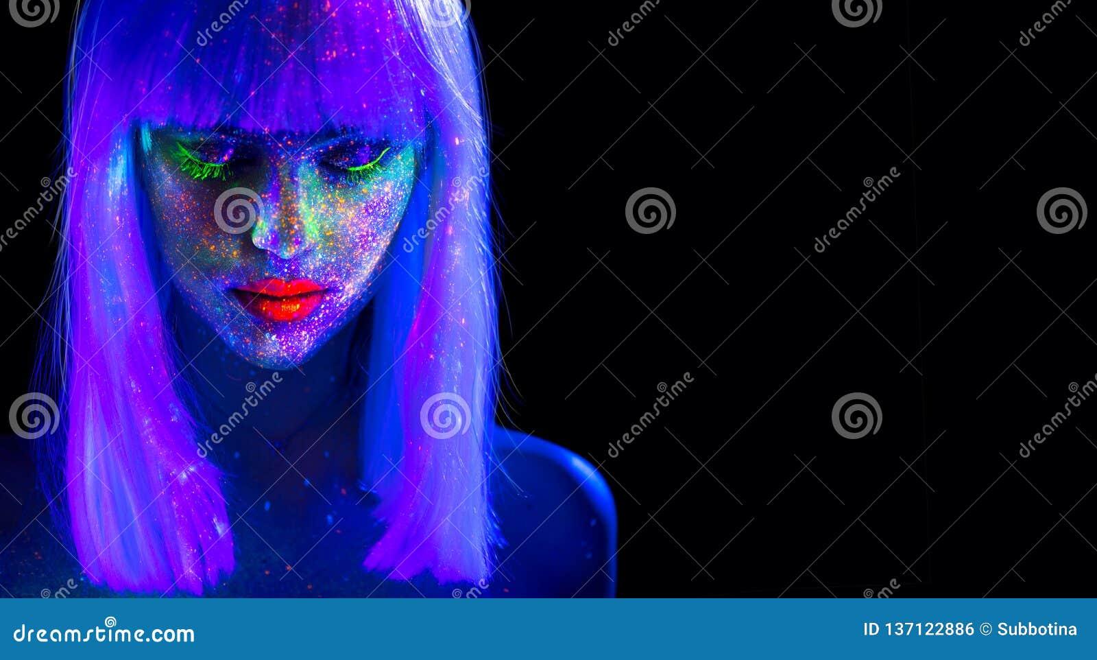 Mode-Modell-Frau im Neonlicht Schönes vorbildliches Mädchen mit buntem hellem Leuchtstoffmake-up lokalisiert auf Schwarzem ultrav