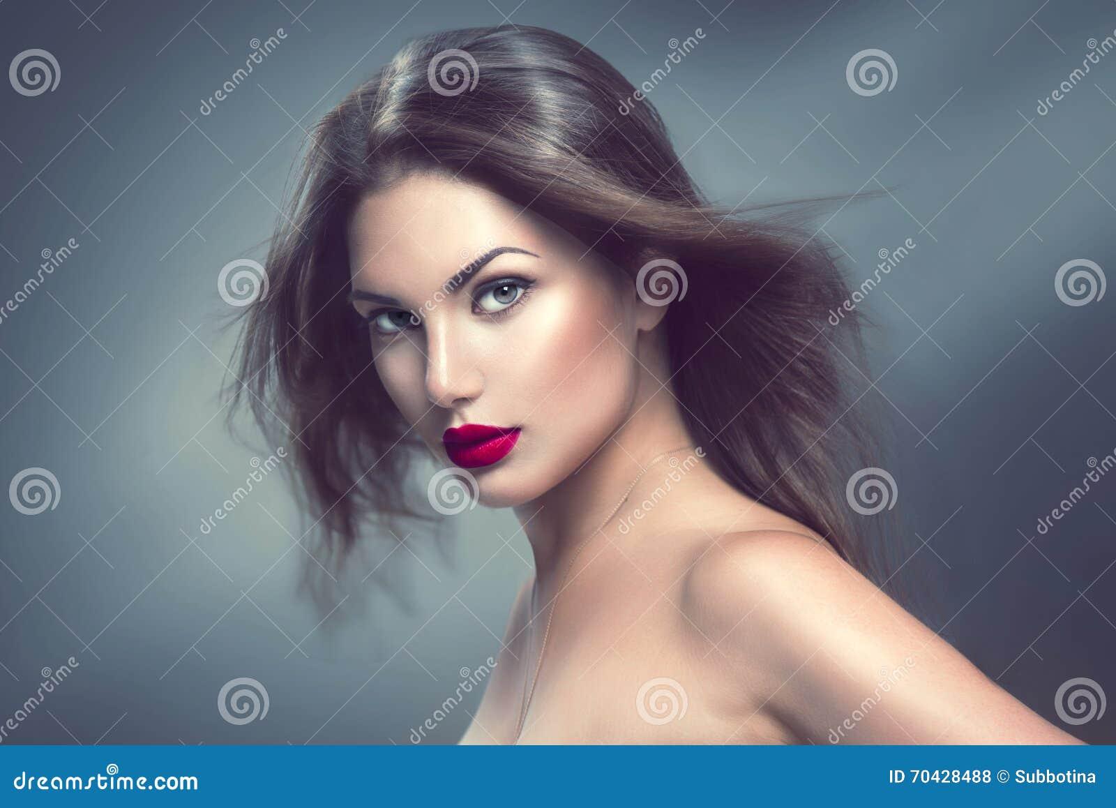Mode-Modell-Mädchenporträt mit dem langen Haar