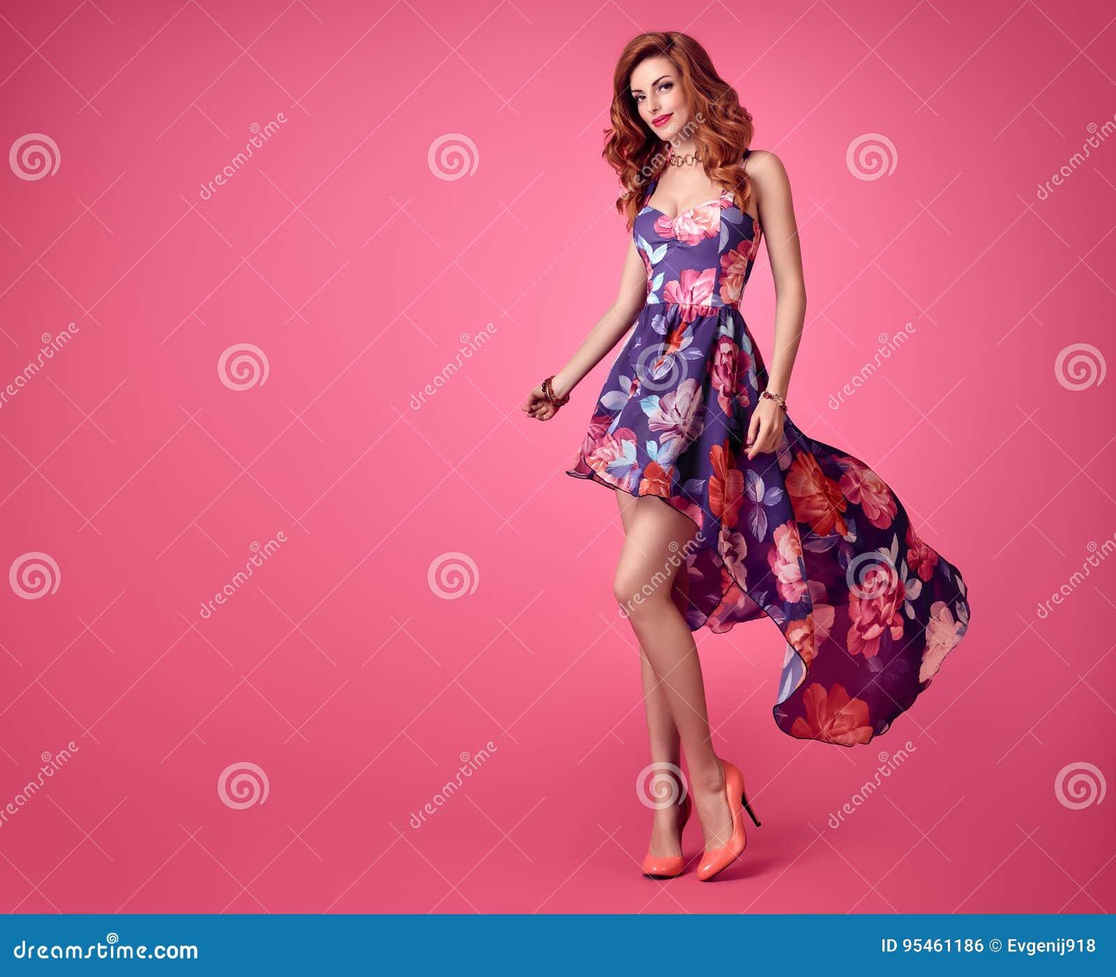 Mode-sinnliches Rothaarige-Mädchen Sommer-Blumenkleid