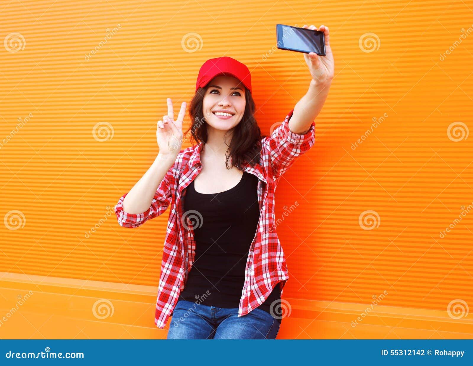 Mode, Technologie und Leutekonzept - glückliches hübsches Mädchen