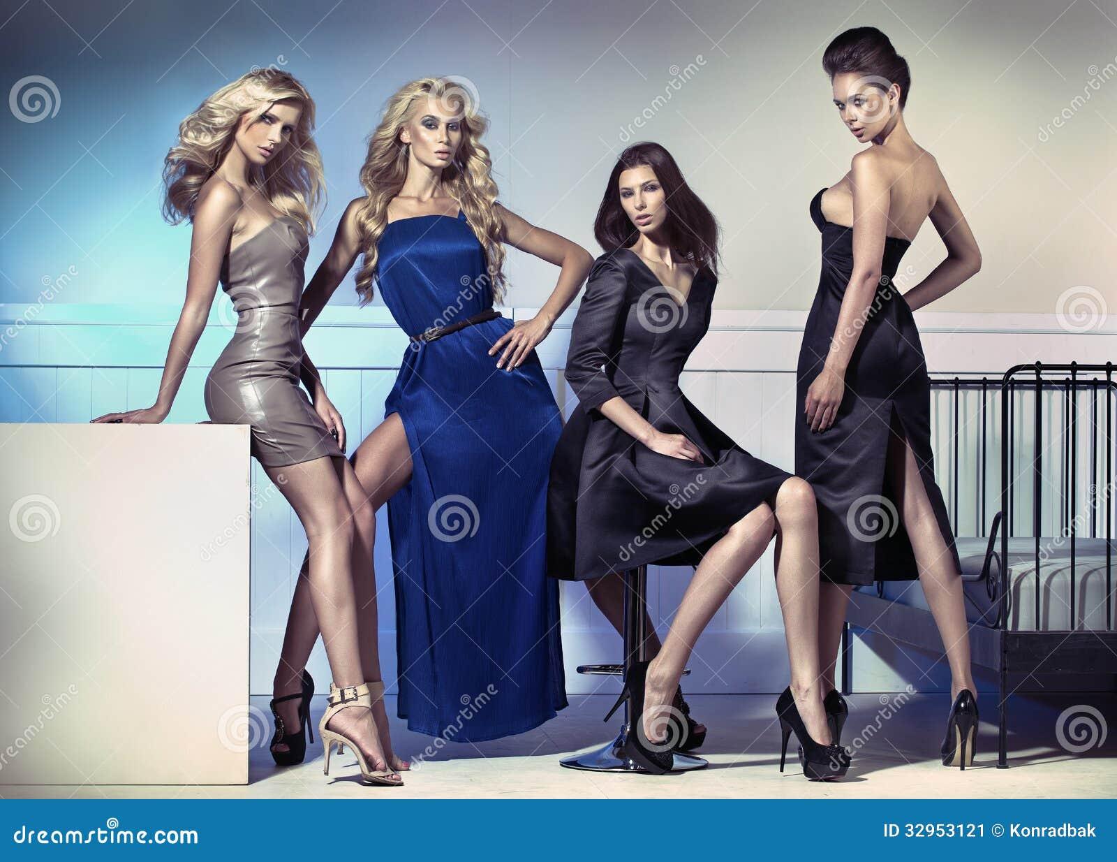 Modebild von vier attraktiven weiblichen Modellen