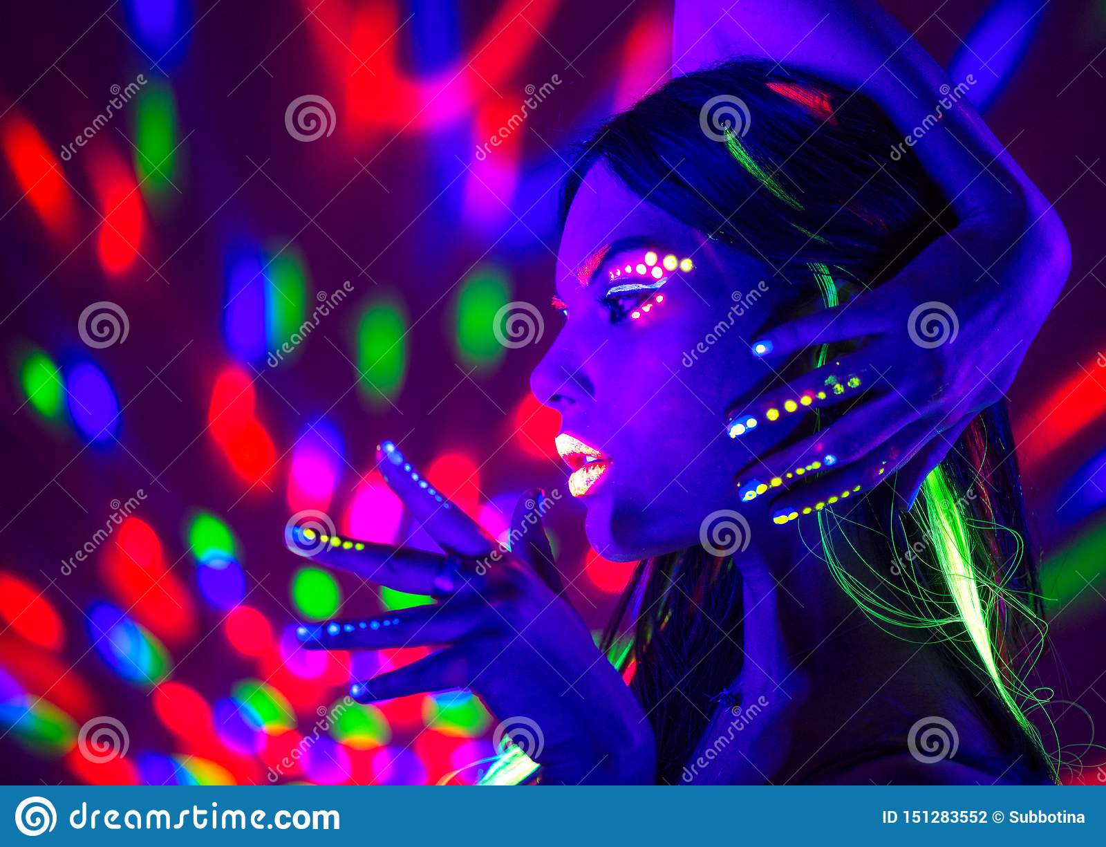 Modediskokvinna Dansa modellen i neonljus, stående av skönhetflickan med fluorescerande makeup