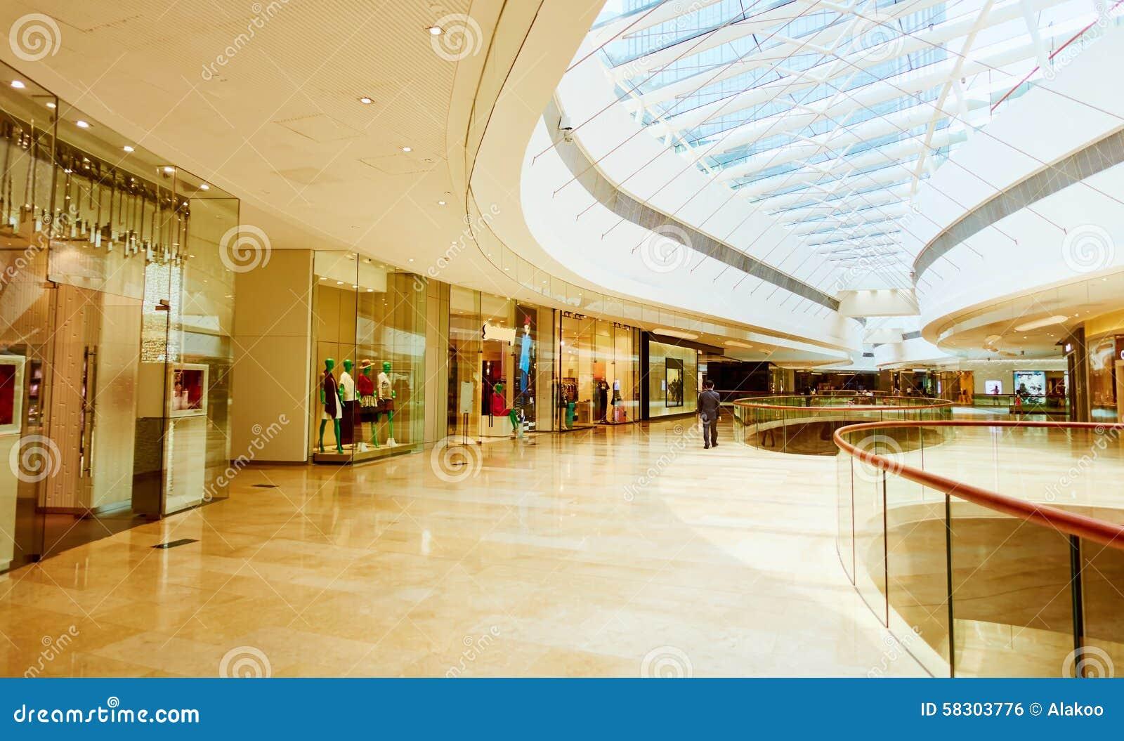 Modediversehandeln shoppar i modern shoppinggalleria