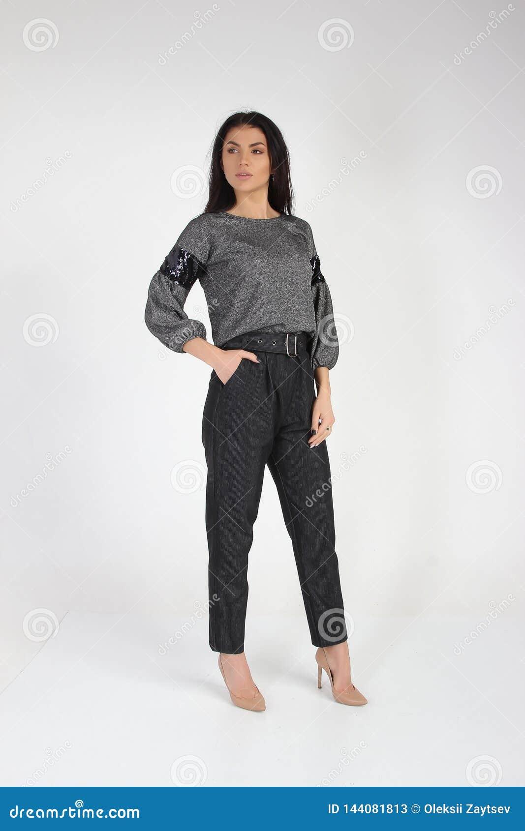 Modefoto av den unga härliga kvinnliga modellen i klänning