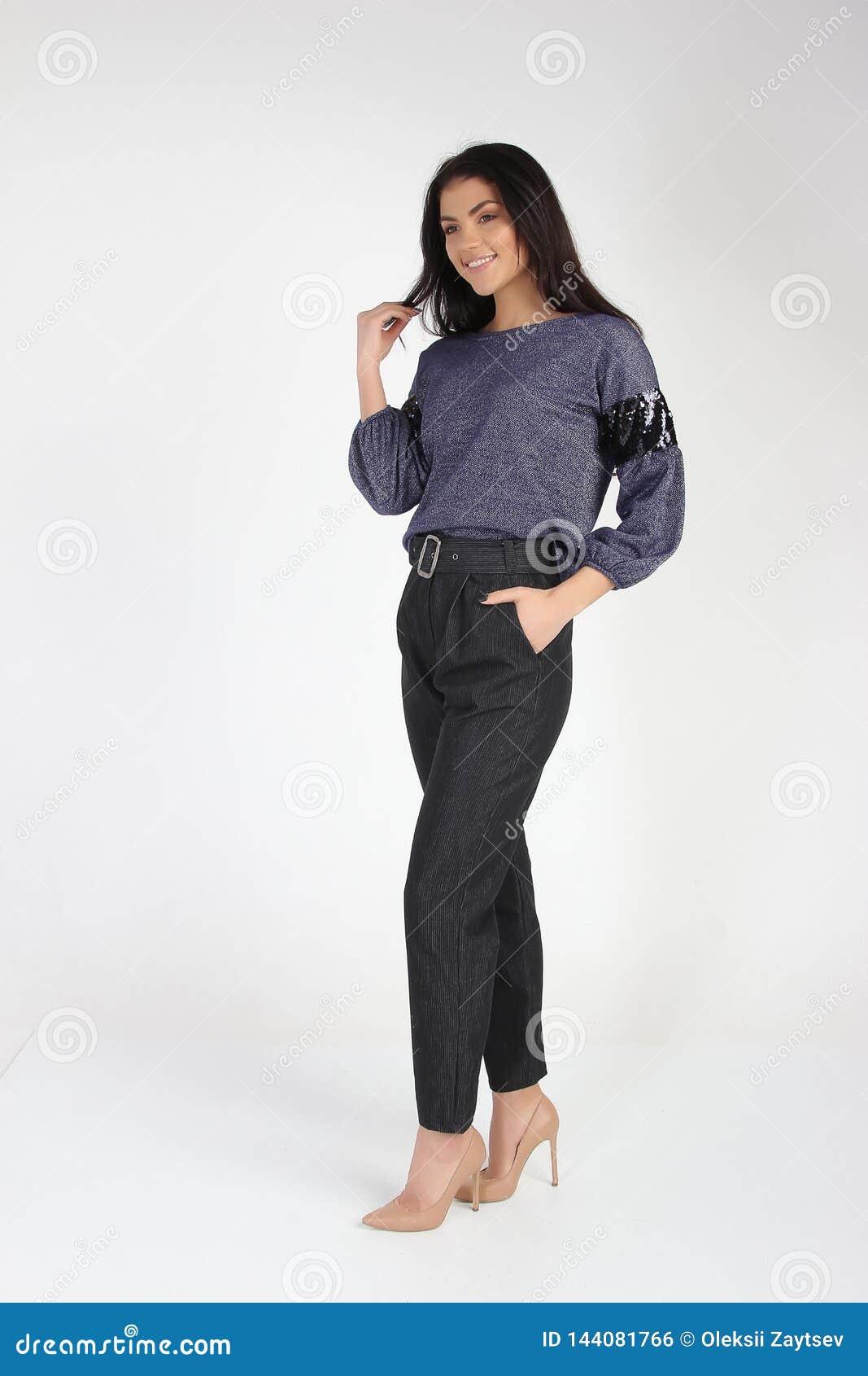 Modefoto des jungen schönen weiblichen Modells im Kleid