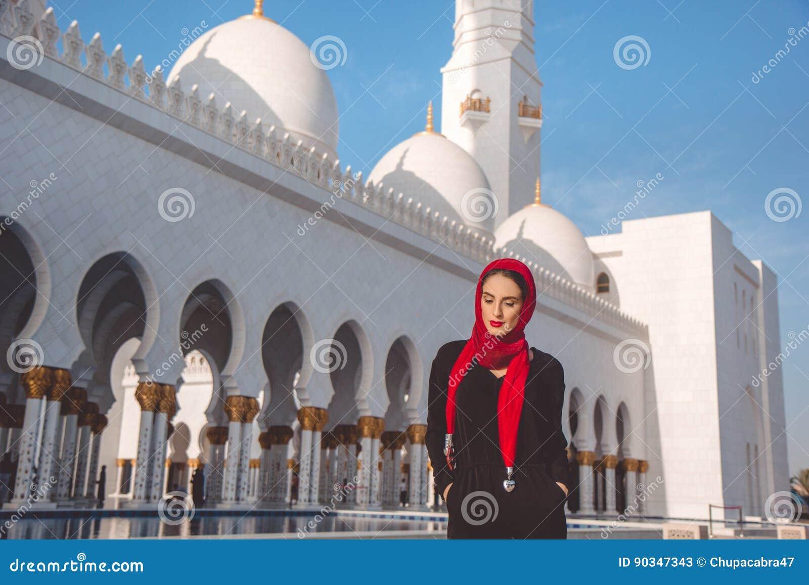 Modefrau In Der Grossartigen Moschee In Abu Dhabi Stockbild Bild Von Zauber Marmor 90347343