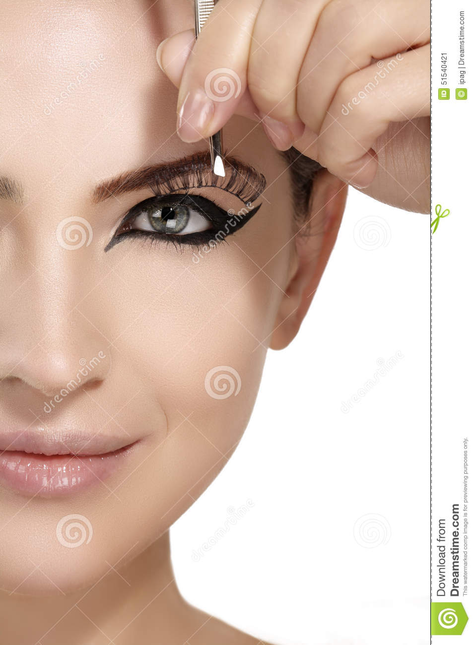 how to put artificial eyelashes
