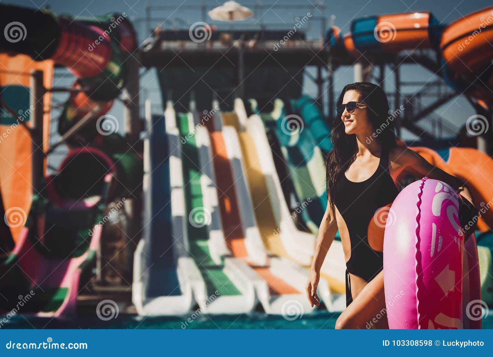 Model in bikini in het zwembad