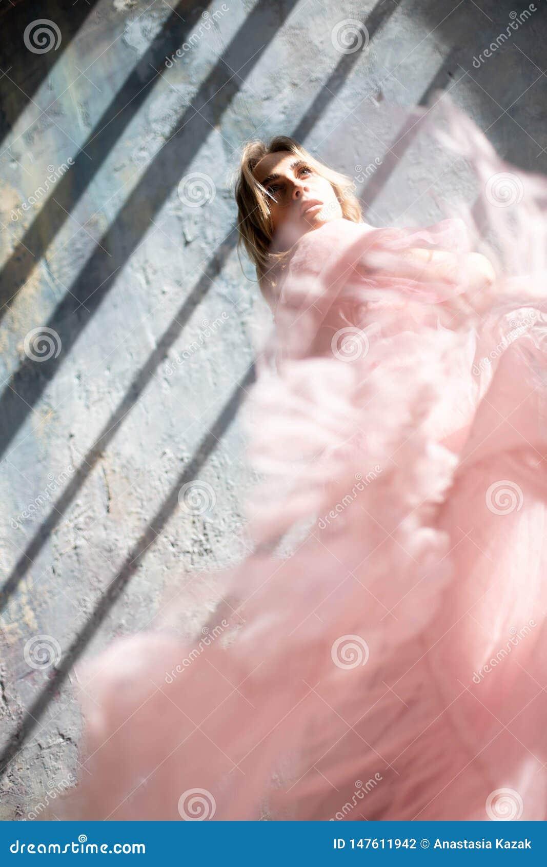 Model in een roze avondjurk