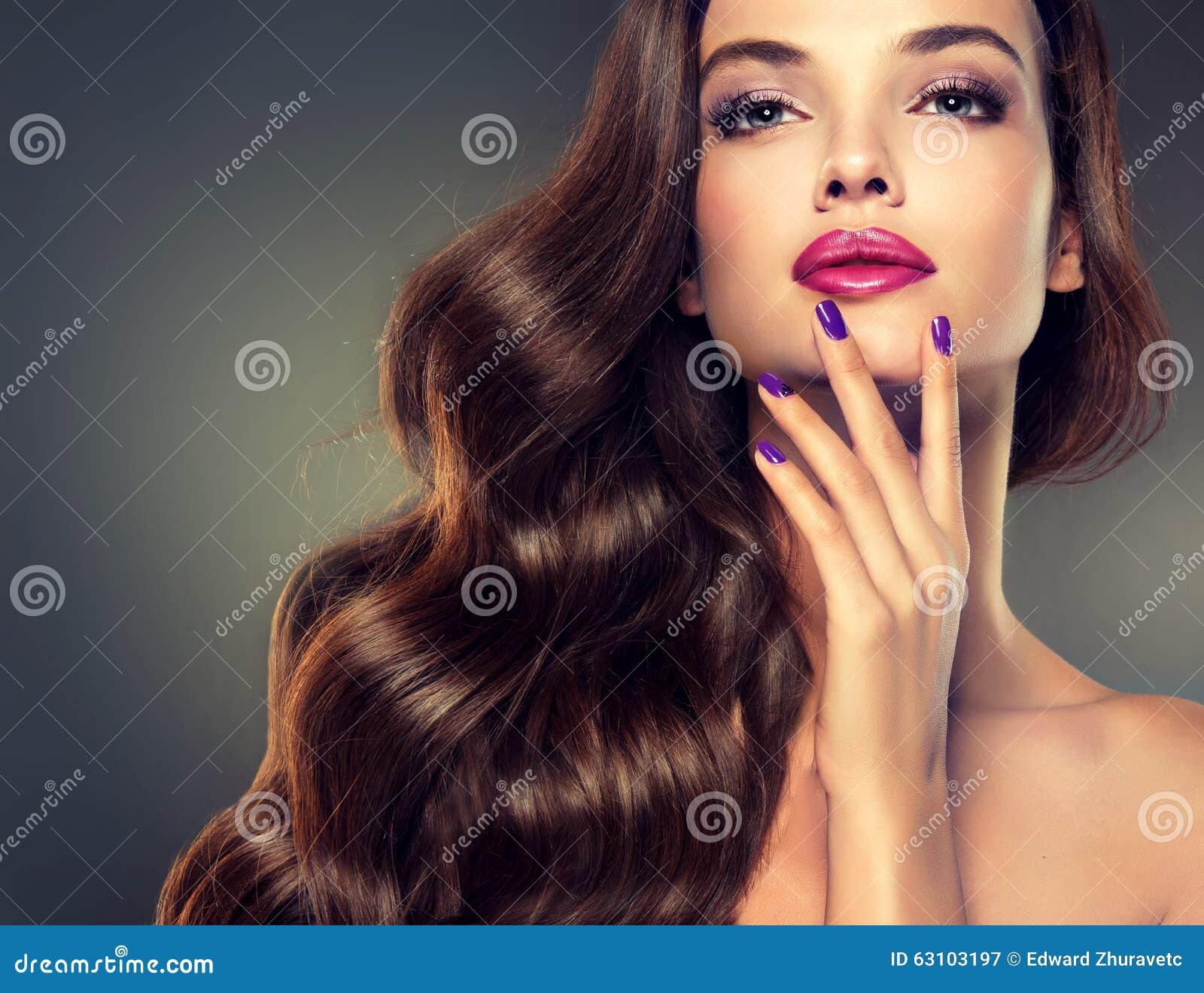 Model met dicht, krullend haar