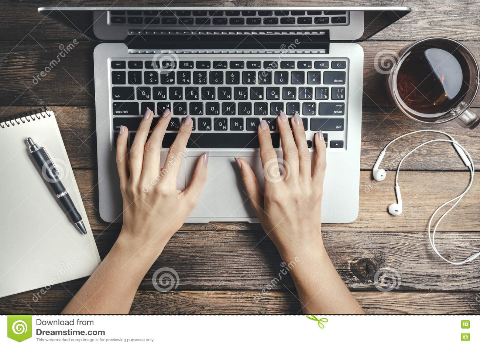 Model met Laptop op Houten Lijst