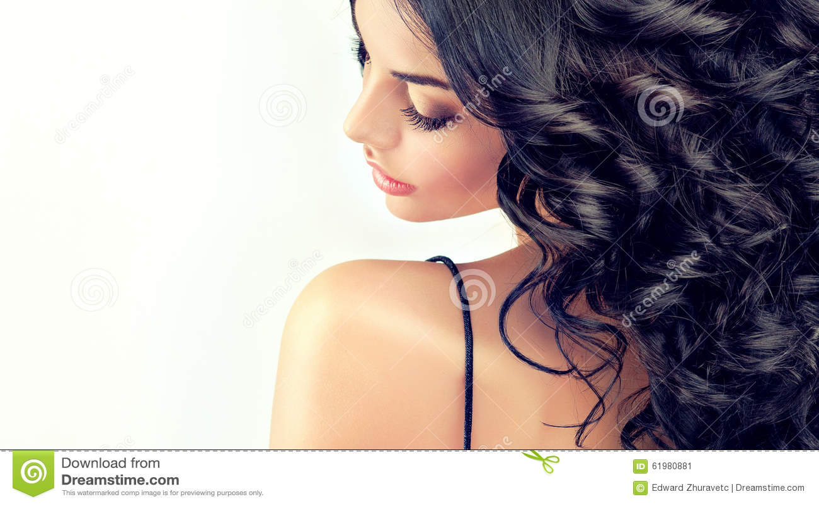Model van het portret het mooie meisje met lang zwart gekruld haar
