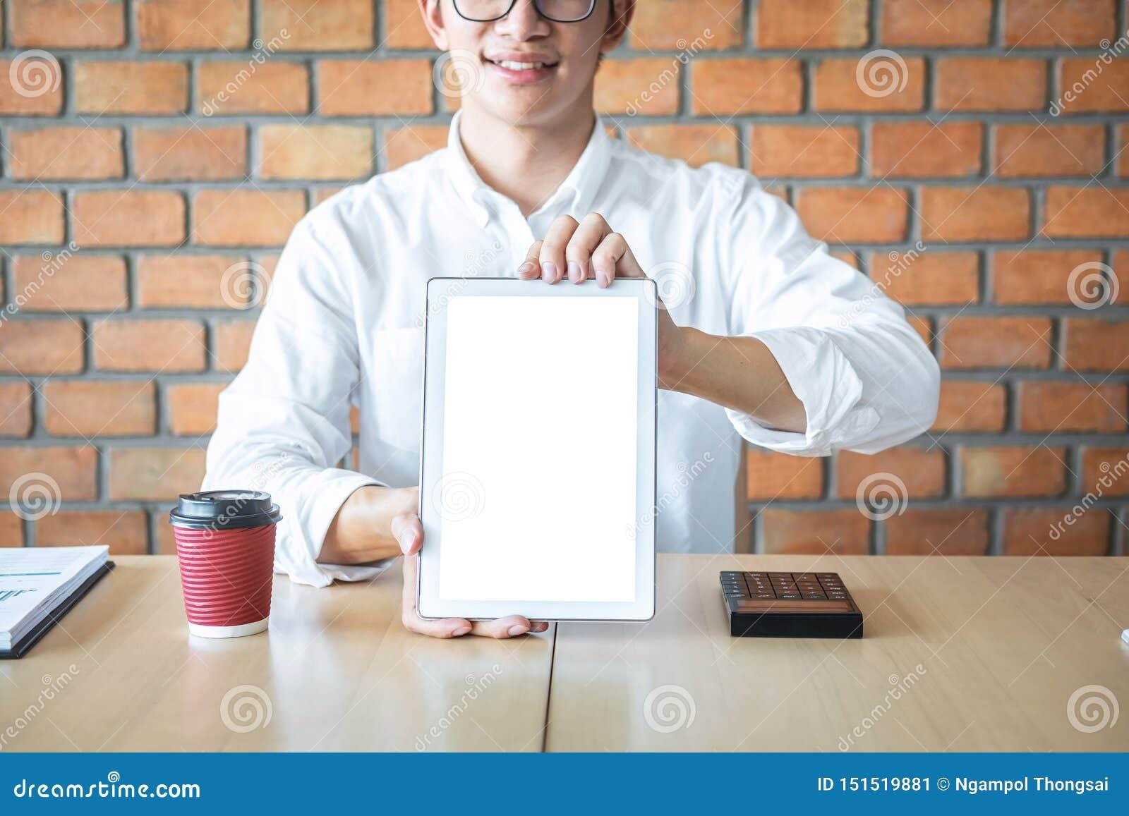 Model van het tablet het verticale scherm, Beeld die van de Jonge mens digitale tablet houden die exemplaarruimte tonen, inschake