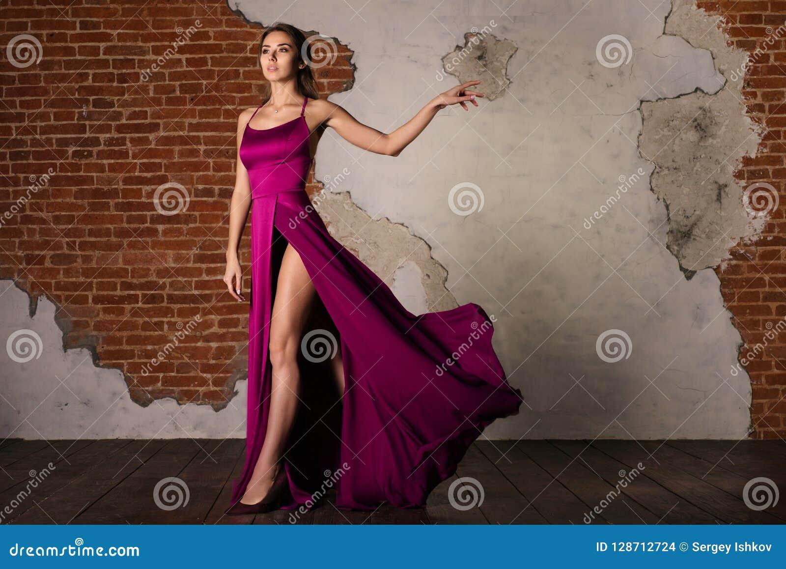 Model w Eleganckiej sukni, kobieta Pozuje w Latającym Jedwabniczym Sukiennym falowaniu na wiatrze, piękno mody portret
