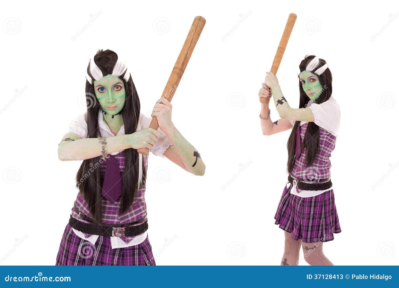 Model w Frankenstein kostiumu z kijem bejsbolowym
