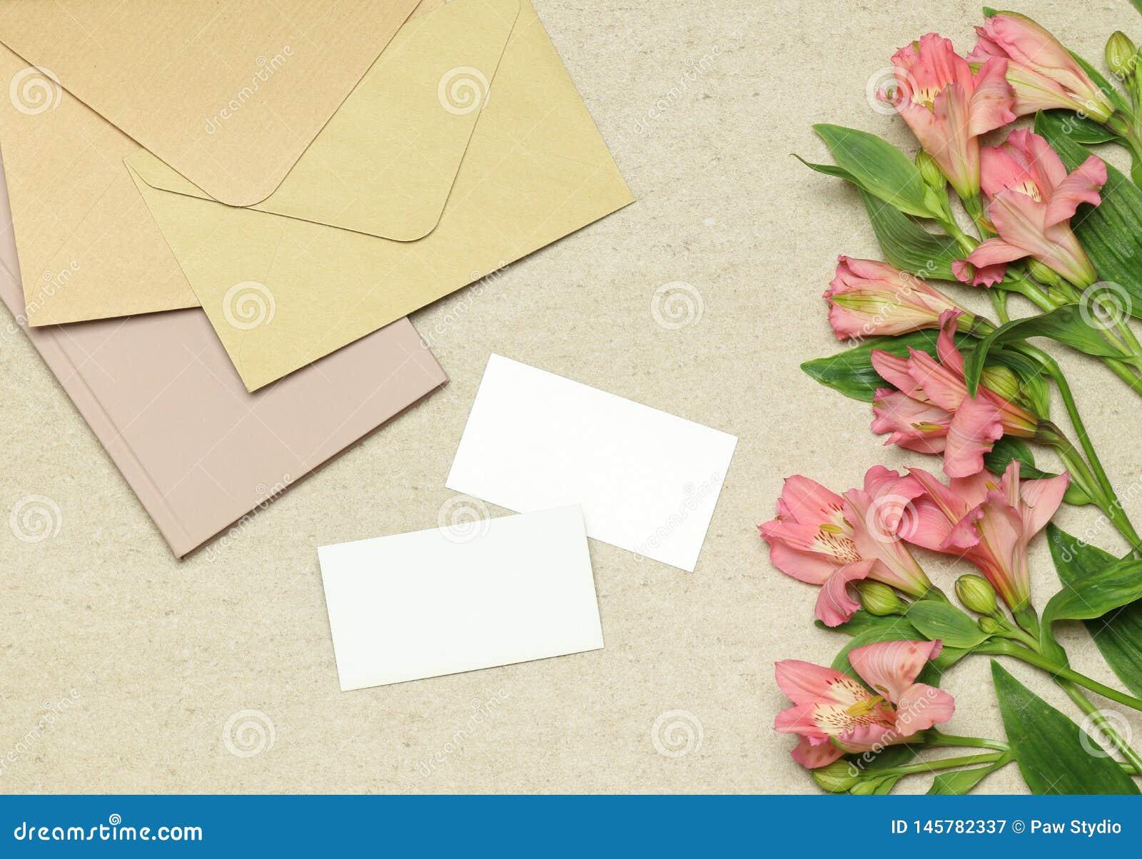 Modeladreskaartje met bloemen, nota s, enveloppen