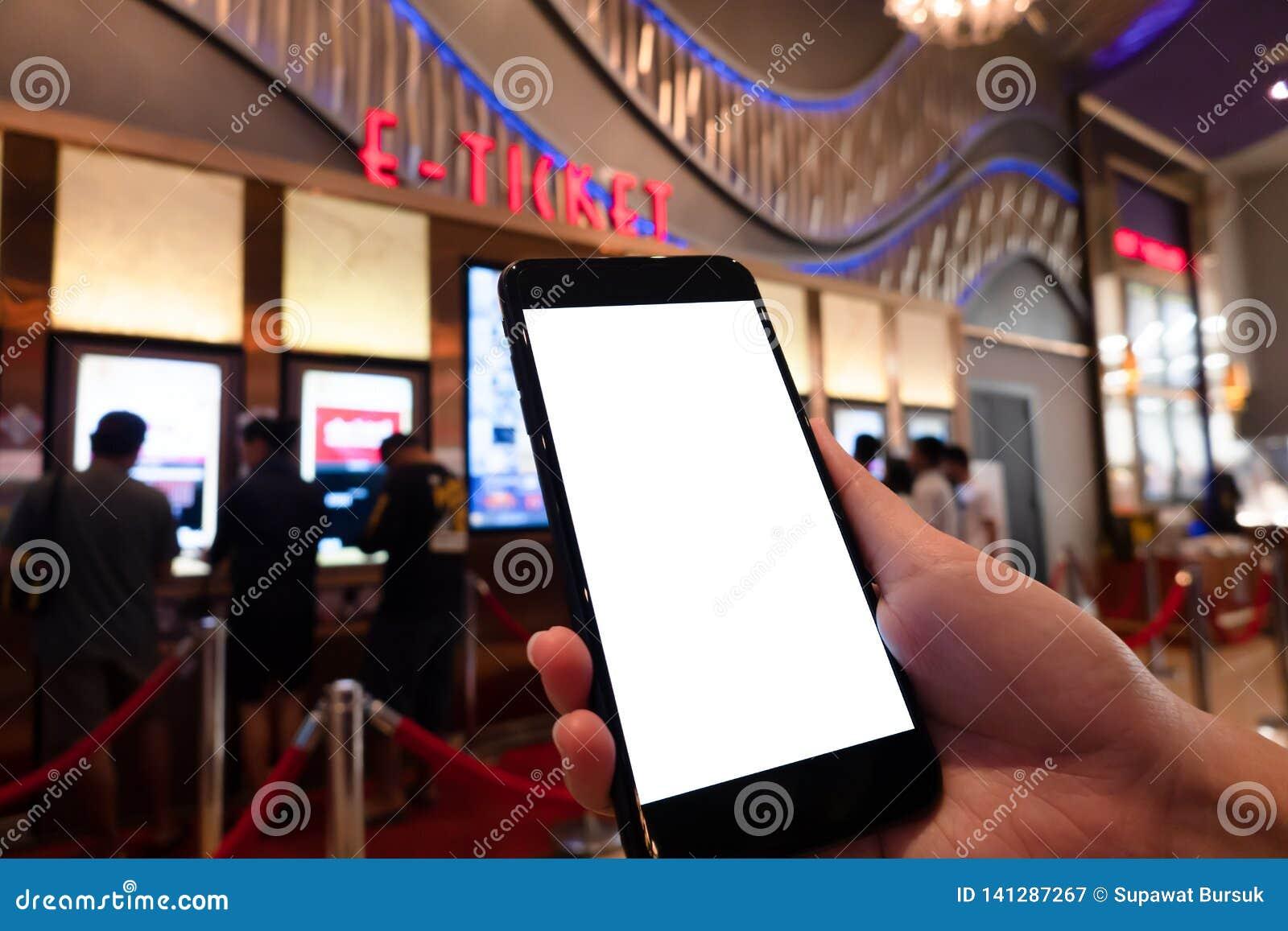 Modelbeeld die van Vrouwenhand het mobiele smartphones witte scherm voor modelontwerp en anderen houden app vertoningsachtergrond