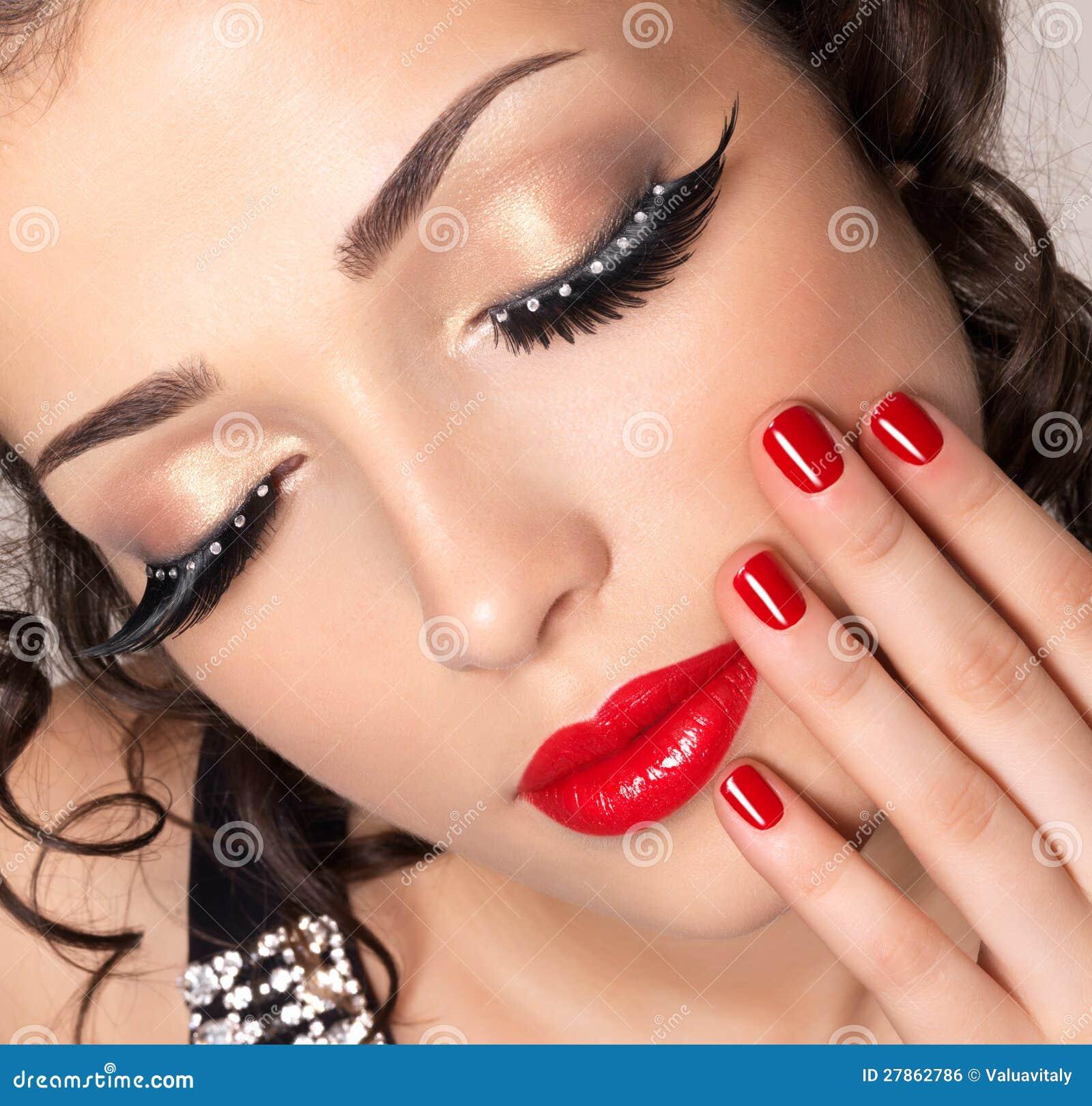 Modele com pregos vermelhos, bordos e composição creativa do olho