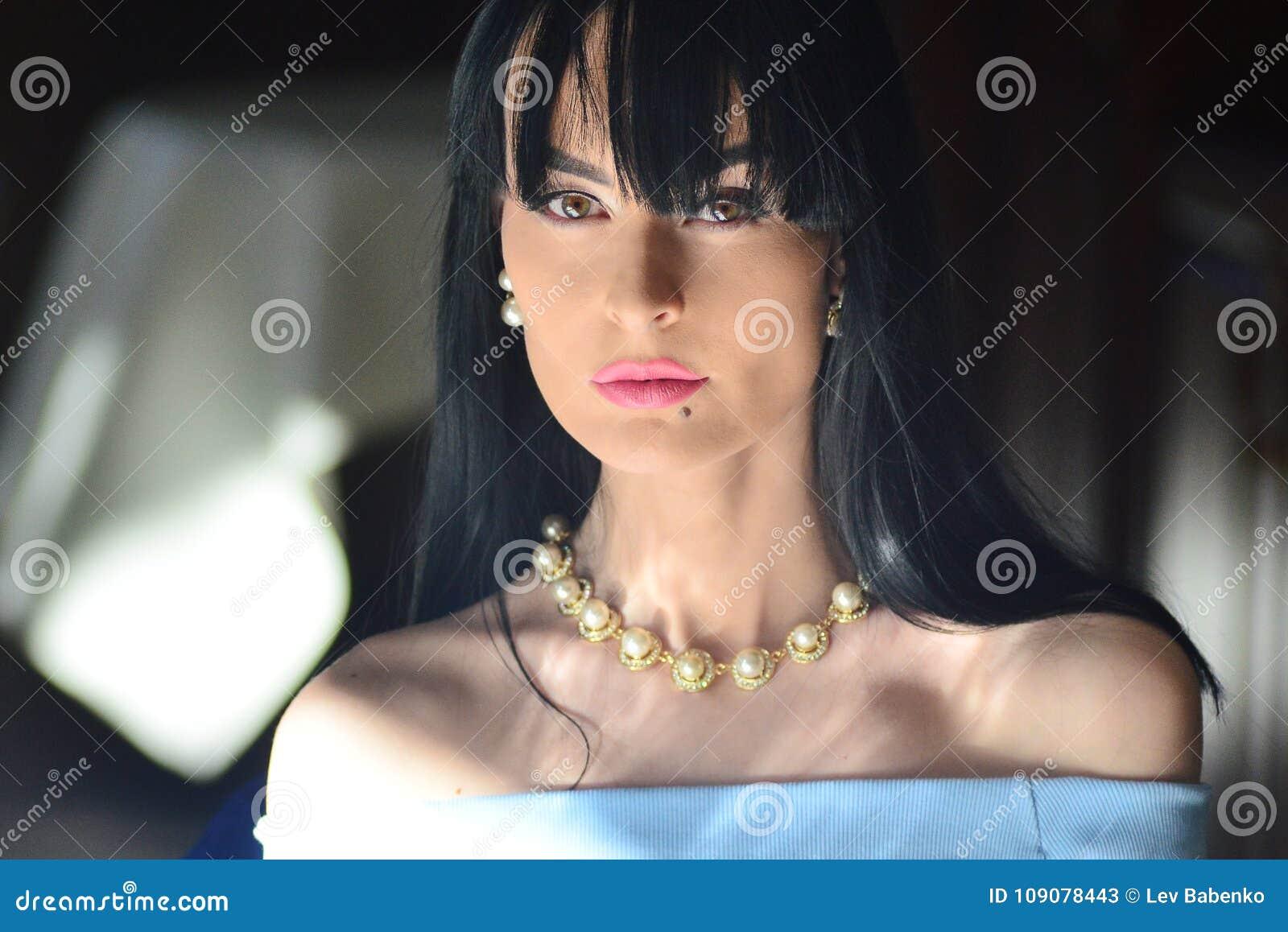 Modele Con Maquillaje Y Pelo Negro En Un Vestido Azul Que