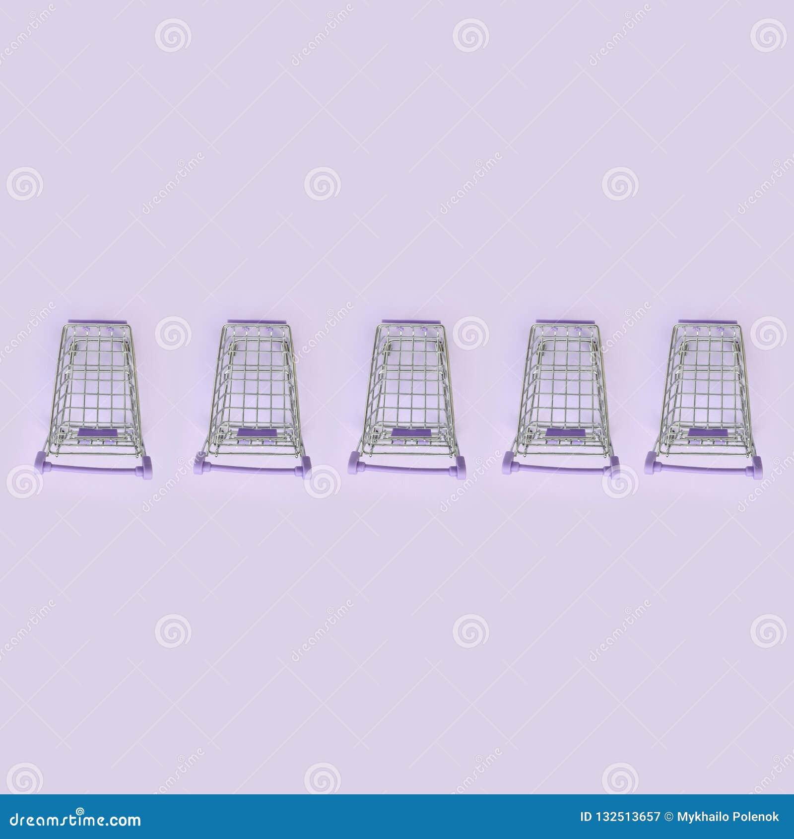 Modell av många små shoppa vagnar på en violett bakgrund Minimalismlägenheten lägger bästa sikt