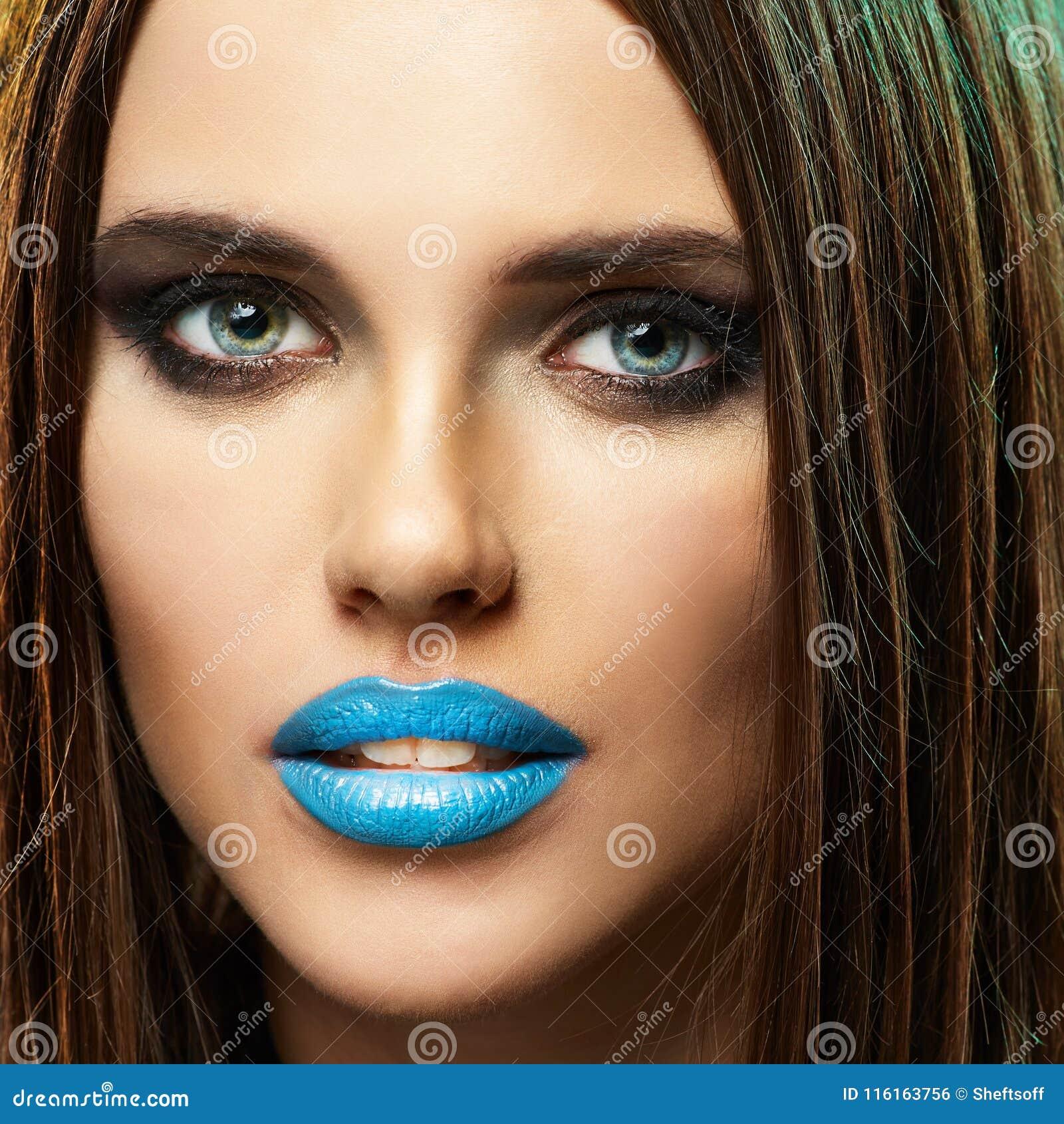 Modell Beauty Lips Blue Isolerat tätt upp framsida