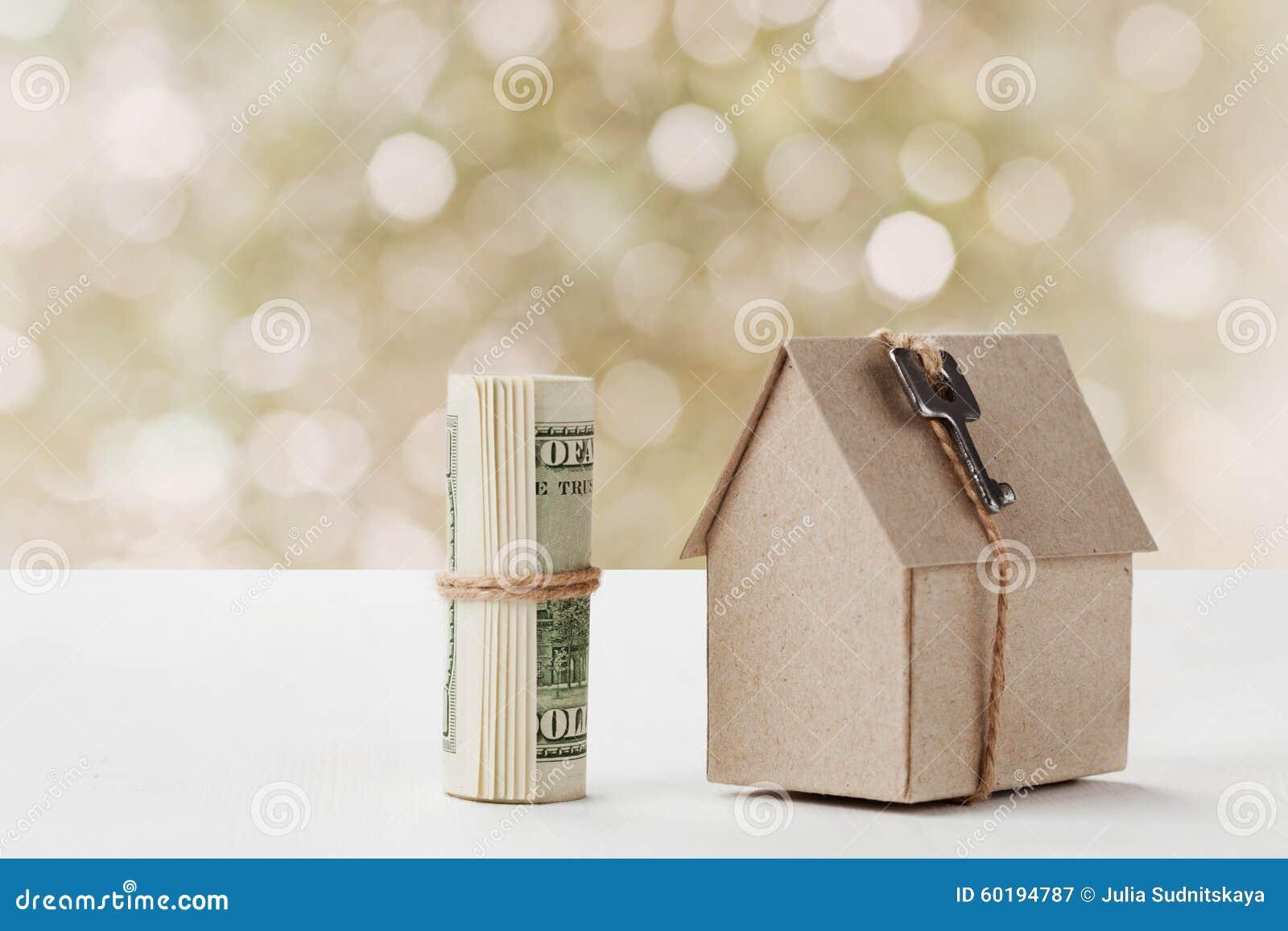 Modell des Papphauses mit Schlüssel- und Dollarscheinen Wohnungsbau, Darlehen, Immobilien, Kosten Wohnung oder Kaufen ein neues H