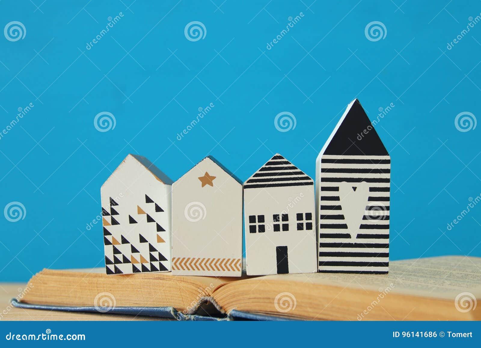 Modell för litet hus över den öppna boken Selektivt fokusera