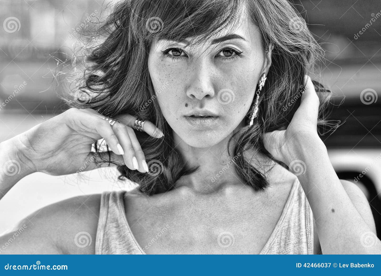 Modell mit dem dunklen Haar und den sinnlichen Augen