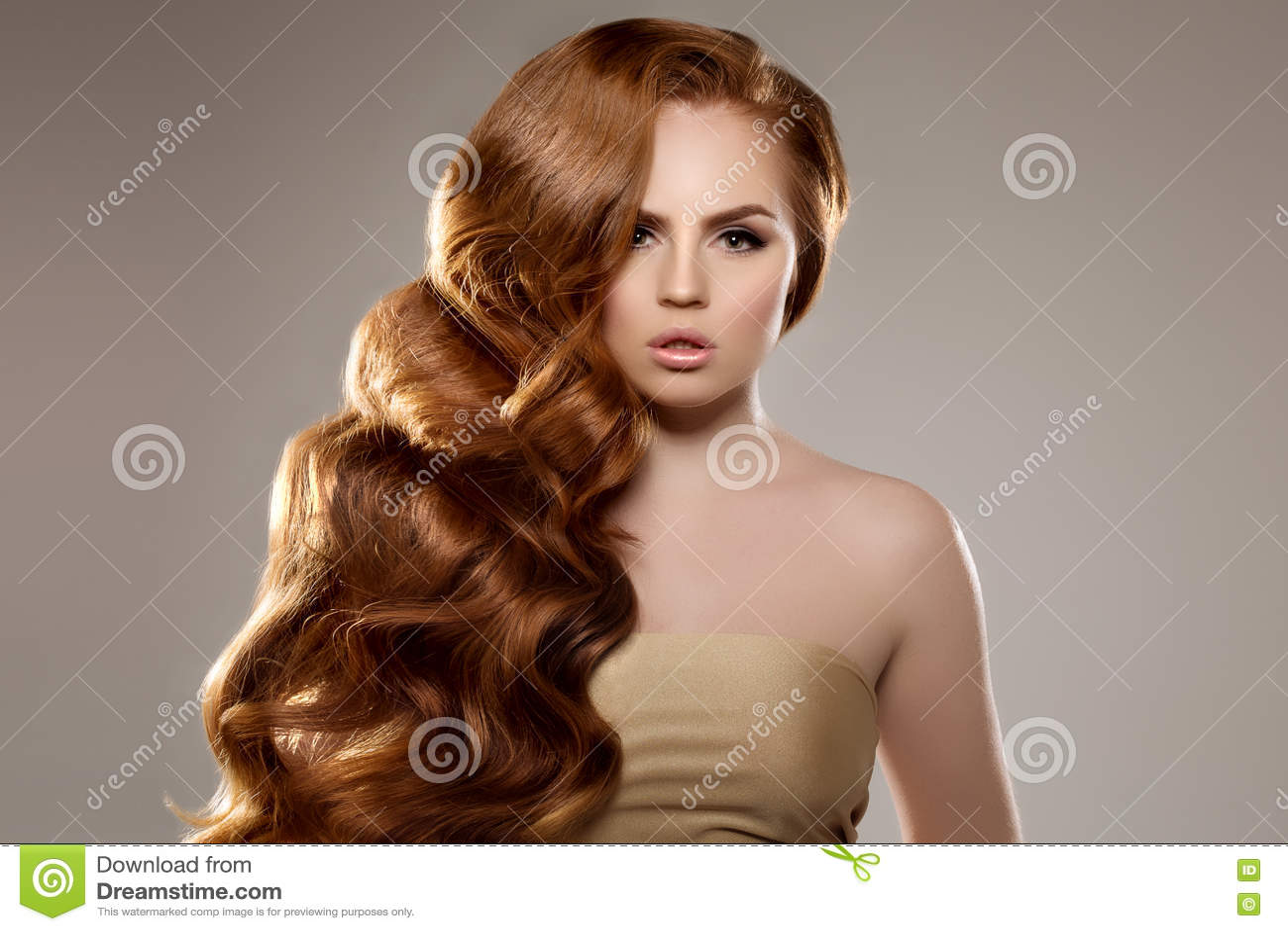 Modell Mit Dem Langen Roten Haar Wellen Locken Frisur Schonheits