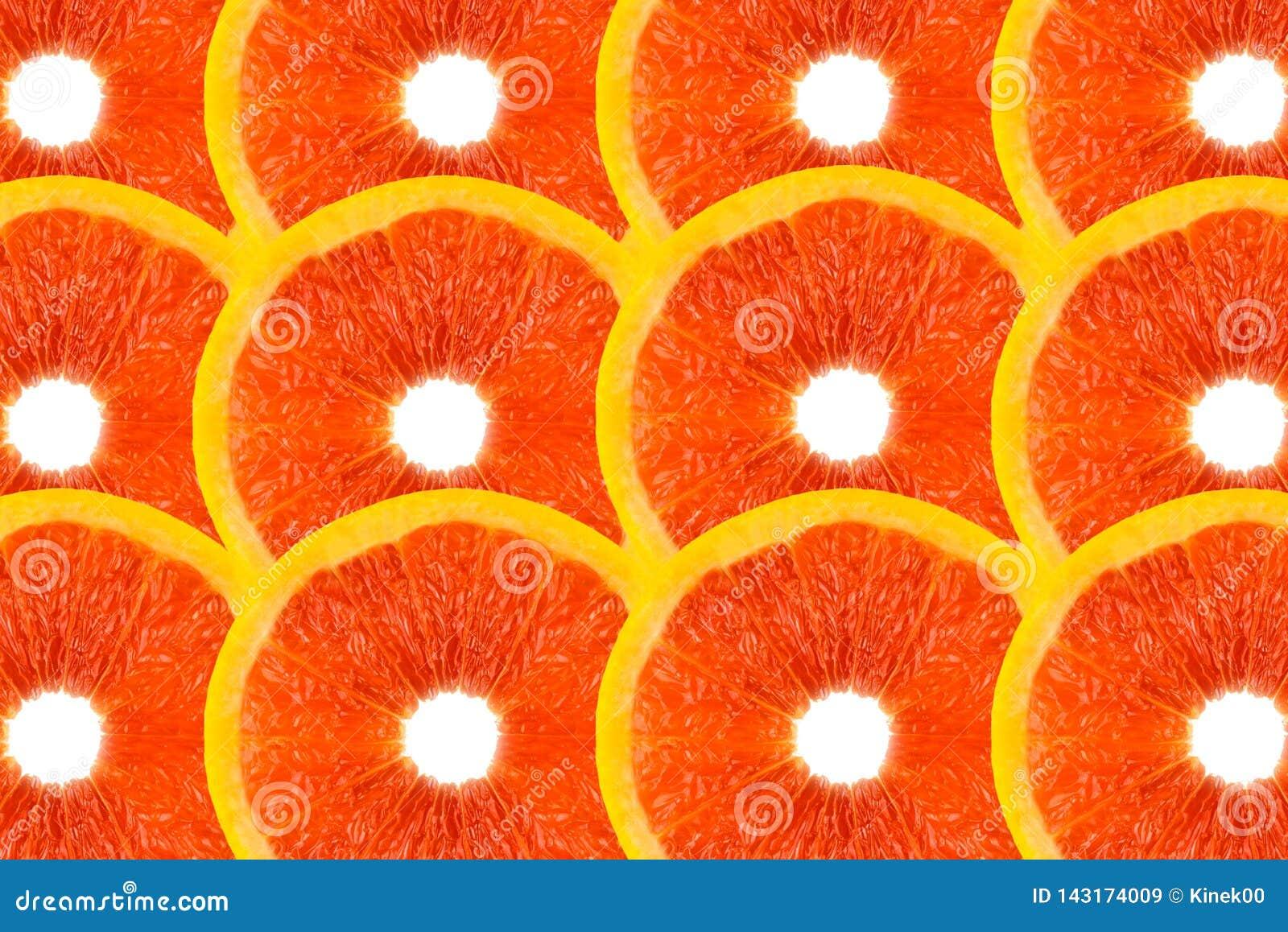 Modellen gjorde fr?n nya grapefruktskivor p? en vit bakgrund, den ?ver huvudet sikten som var flatlay skivad half ananas f?r bakg