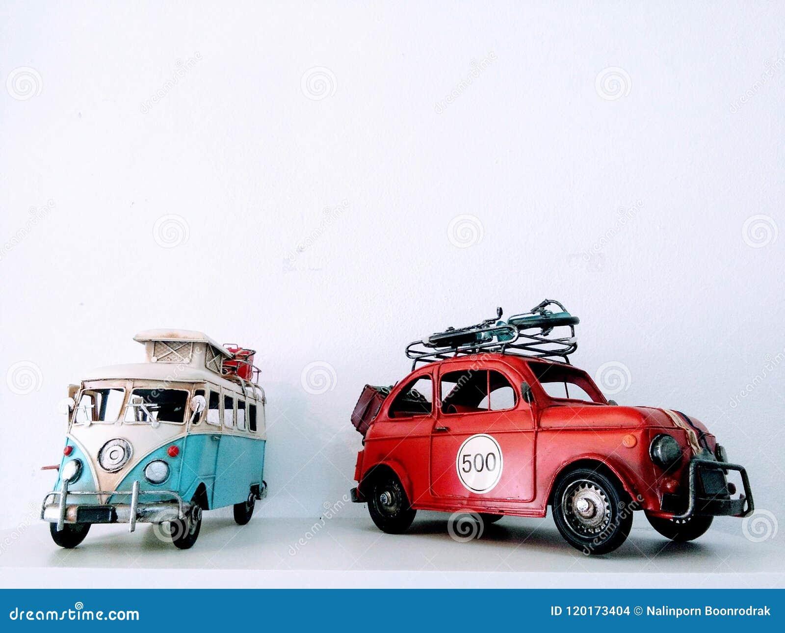 Modellen van kampeerautobestelwagen en auto op witte achtergrond