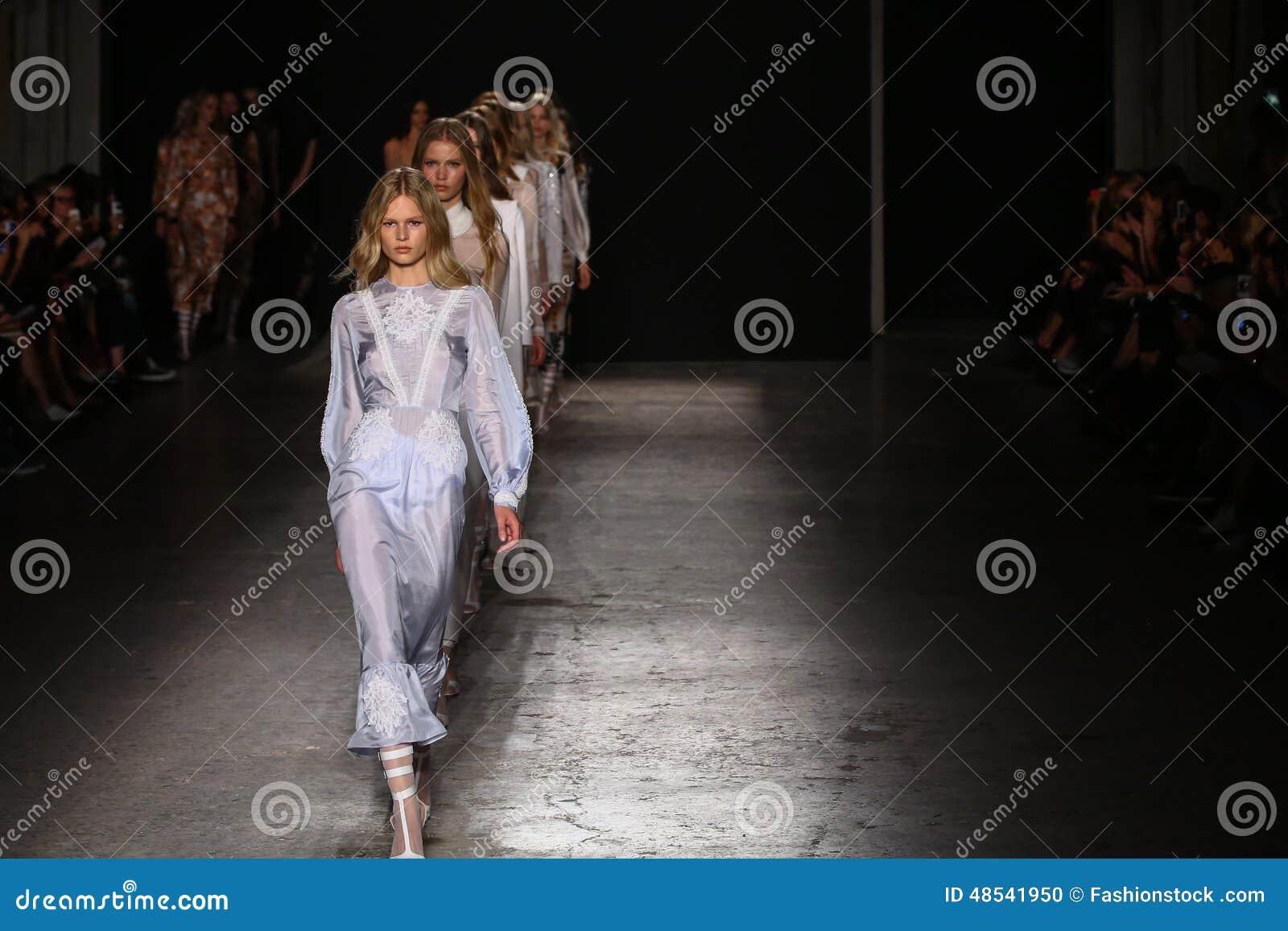 Modeller går landningsbanafinalen under den Francesco Scognamiglio showen som delen av Milan Fashion Week
