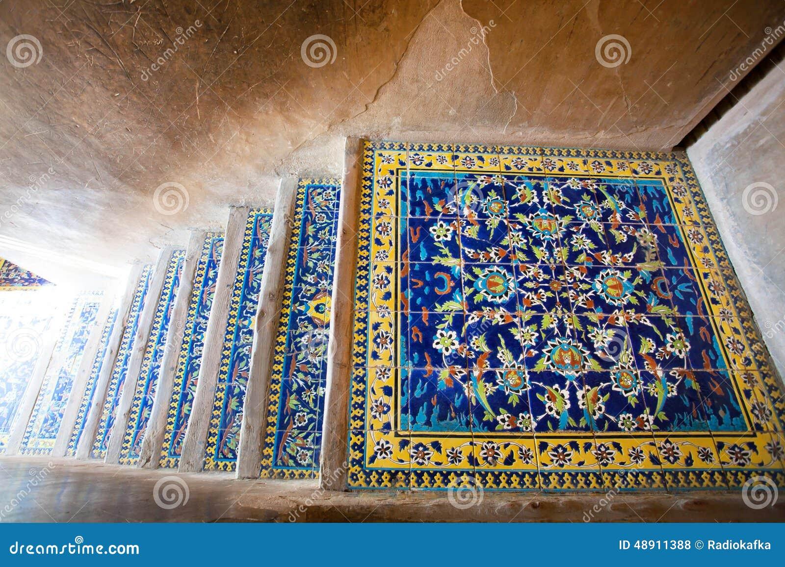 Modelli della piastrella per pavimento ceramica sulle scale del