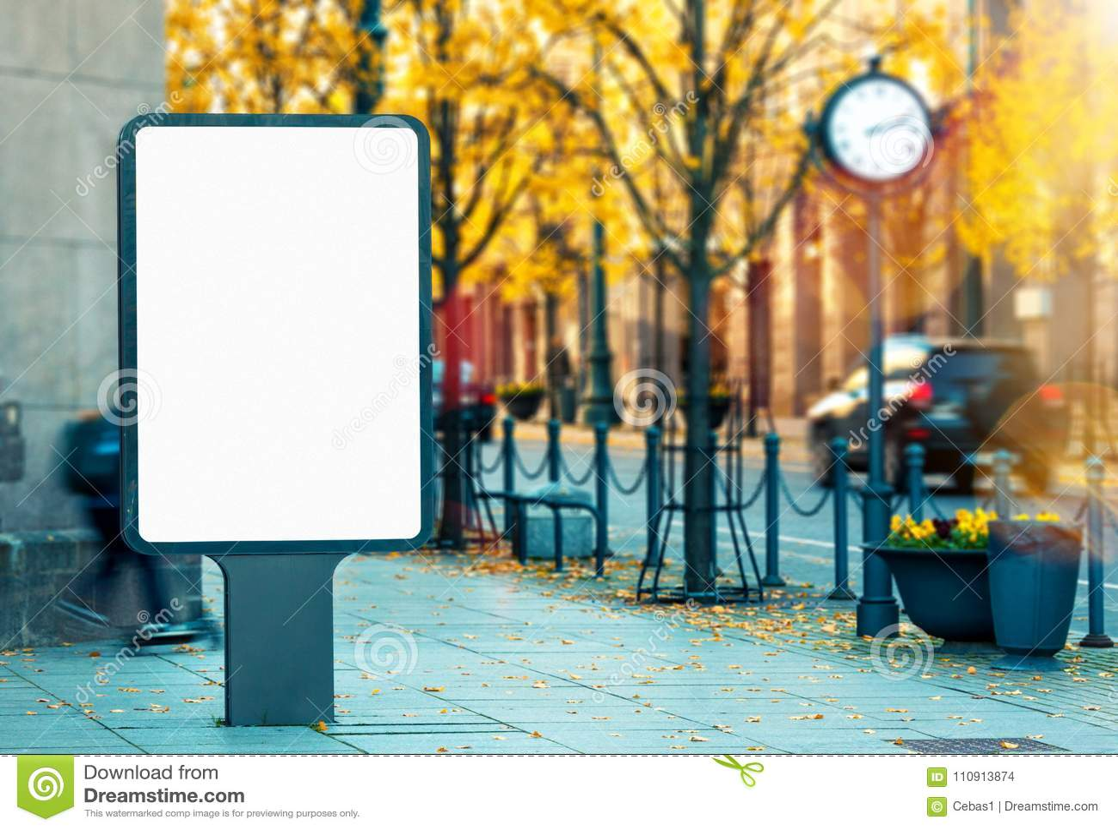 Modello all aperto verticale in bianco del tabellone per le affissioni sulla via della città