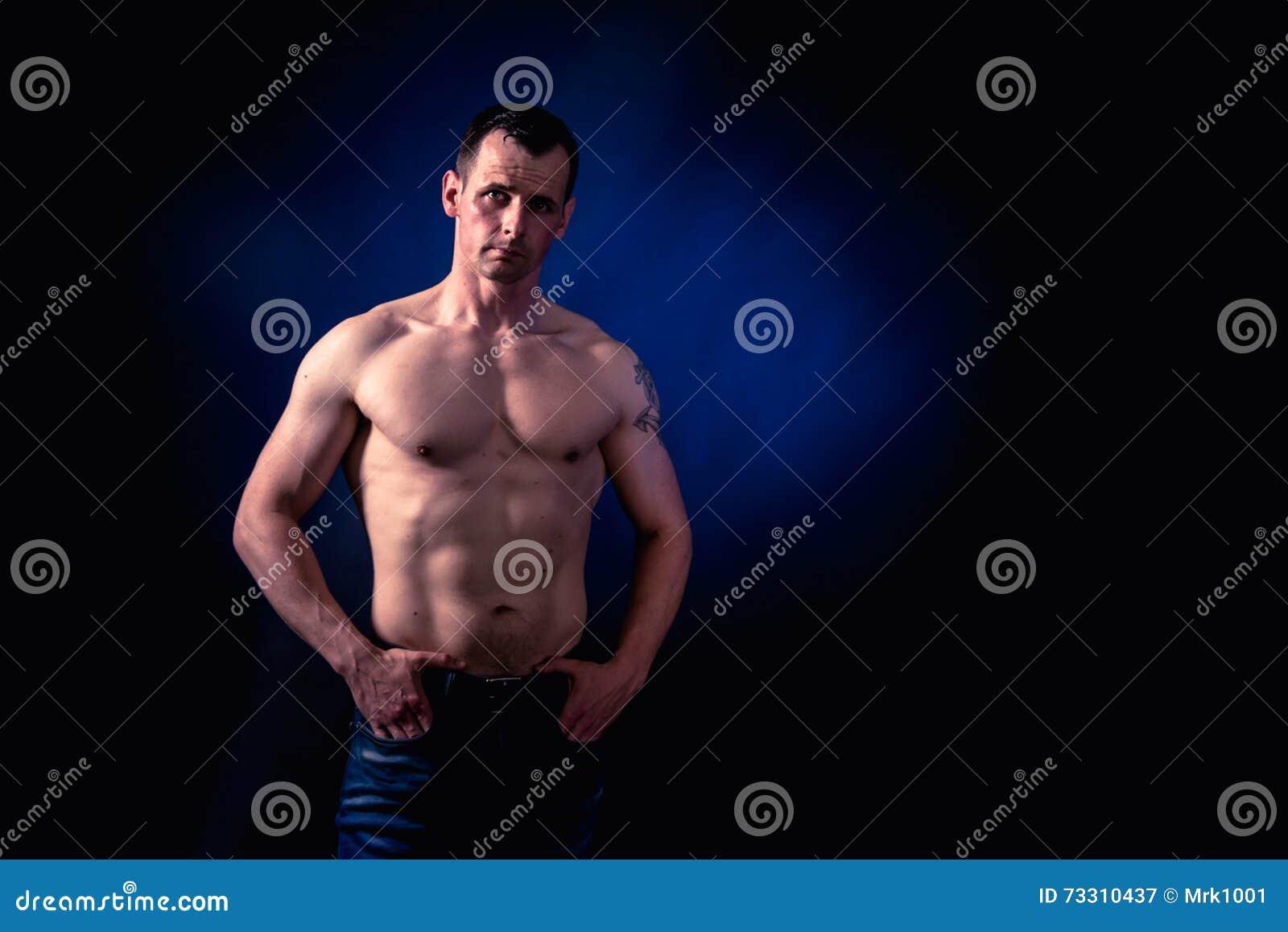 Modello atletico di forma fisica dell 39 uomo immagine stock for Modelli di caverna dell uomo