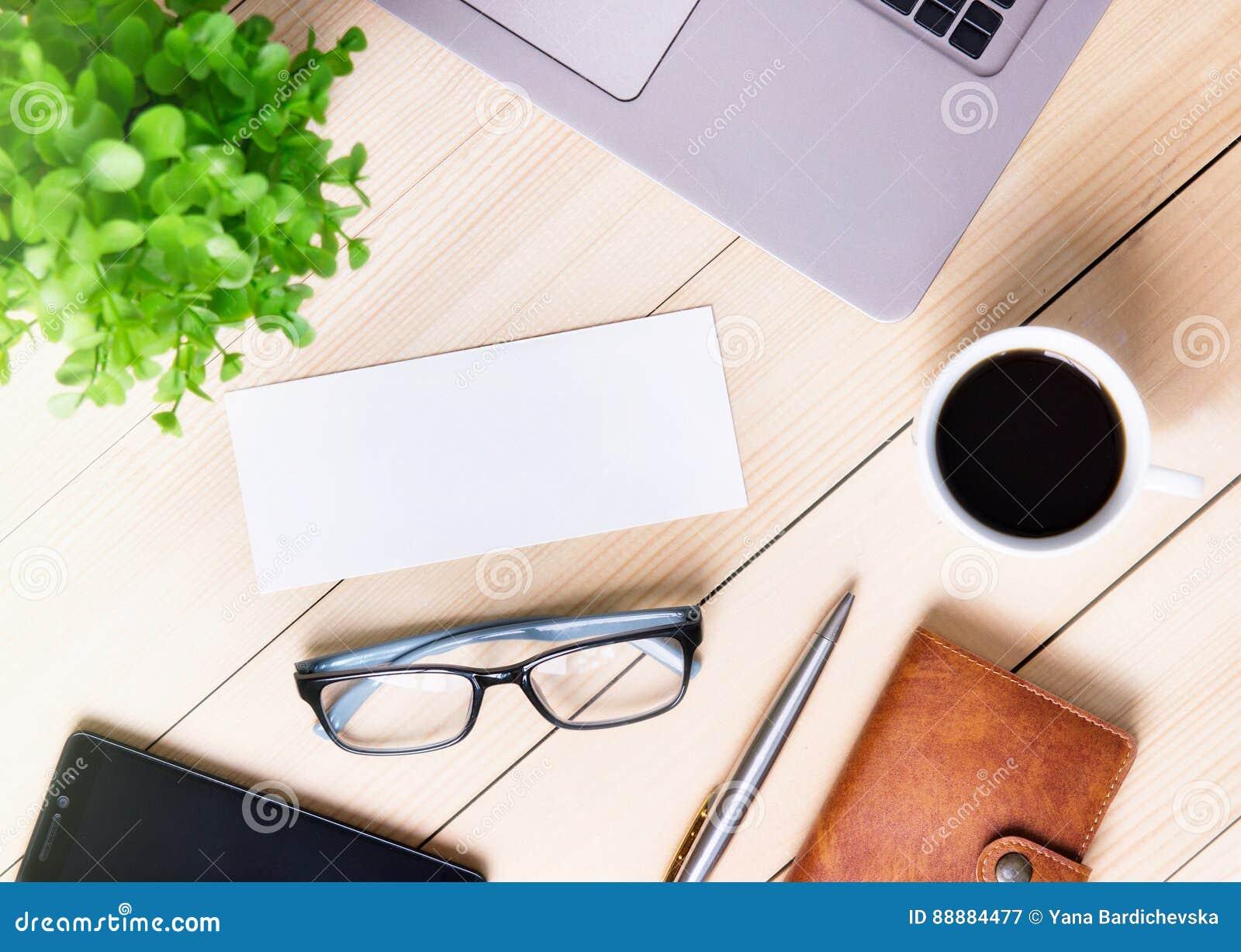 Modello Bianco Vuoto Da Tavolino Della Carta Dellufficio Del Posto