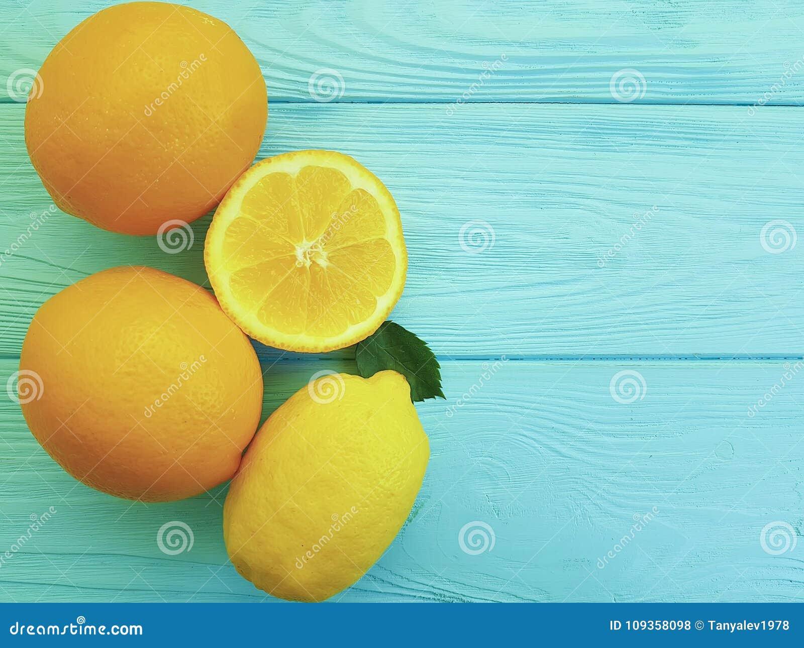 Modello citrico succoso dell ingrediente delle arance e dei limoni su freschezza di legno blu