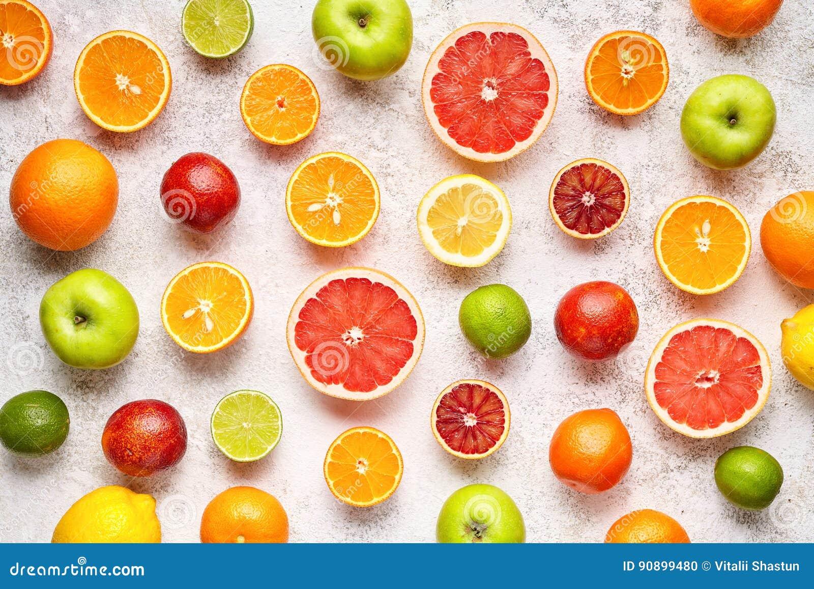 Modello degli agrumi sulla tavola concreta bianca Priorità bassa dell alimento Cibo sano Antiossidante, disintossicazione, essend