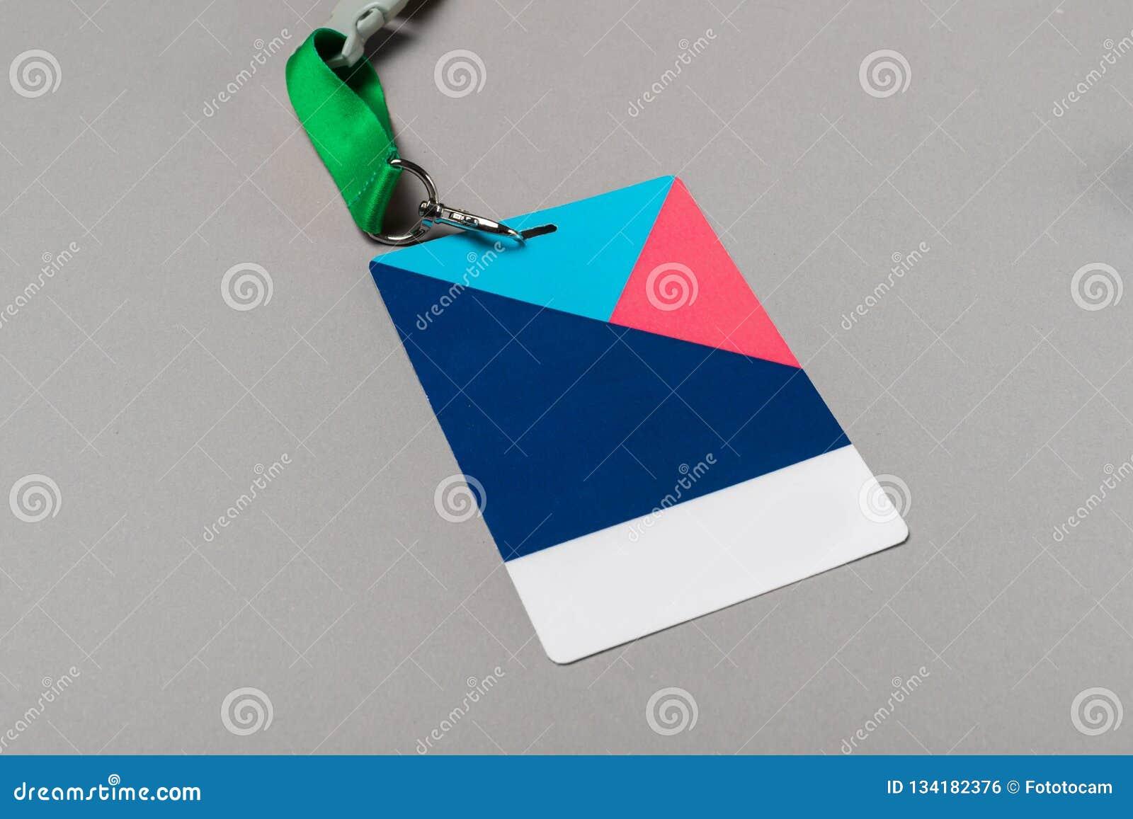 Modello del distintivo di colore su fondo grigio Derisione vuota normale dell etichetta di nome su con la corda di colore