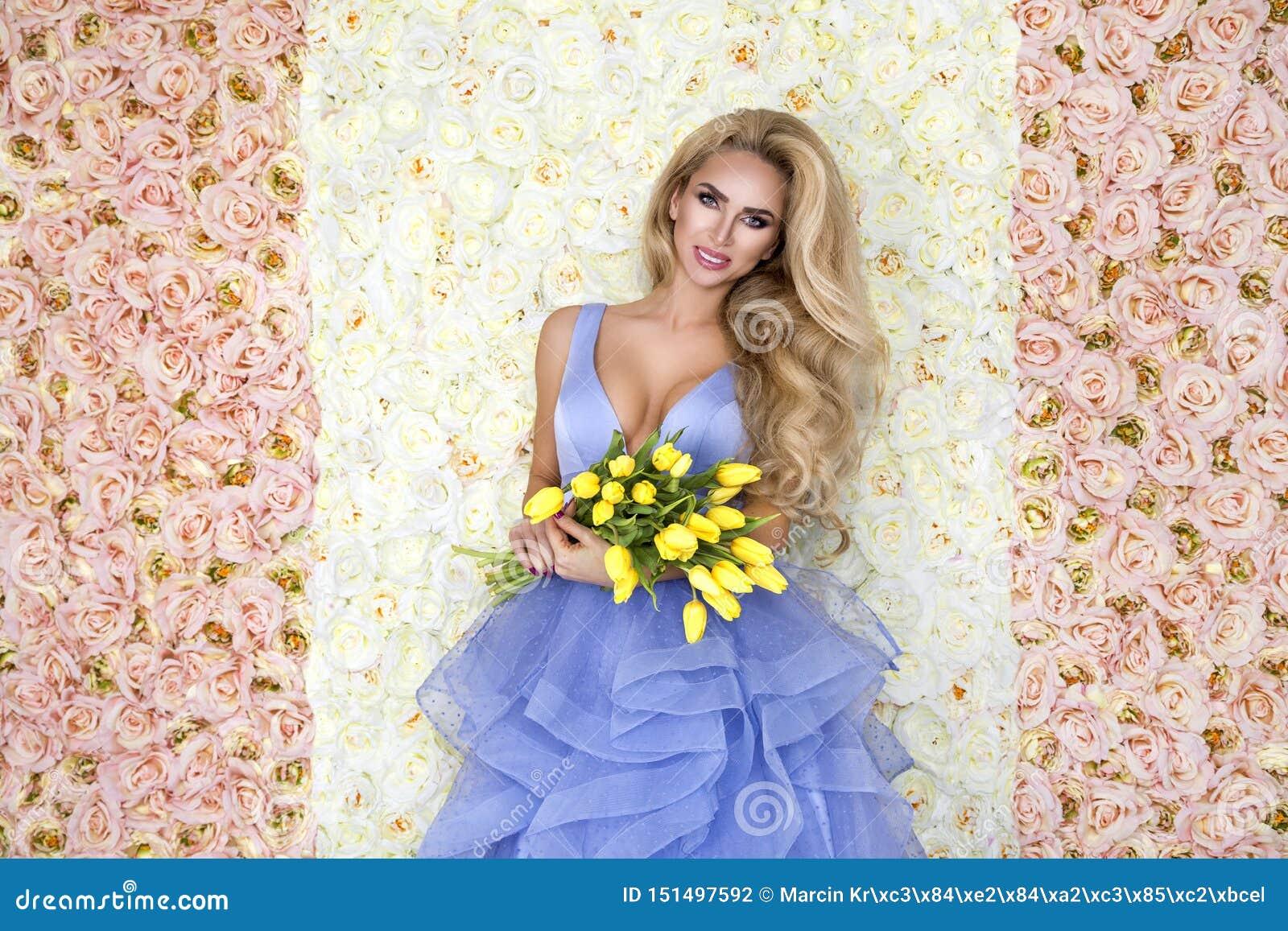 Modello del vestito da sposa da modo con un mazzo dei tulipani Bello modello della sposa in vestito da sposa stupefacente blu Gio
