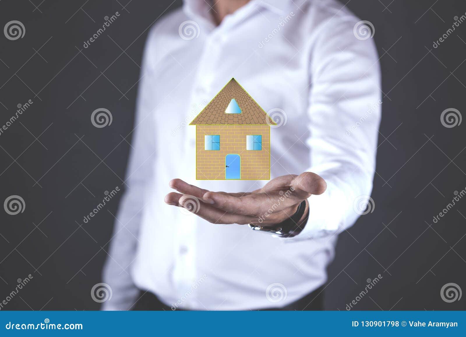 Modello della casa della mano del giovane in schermo