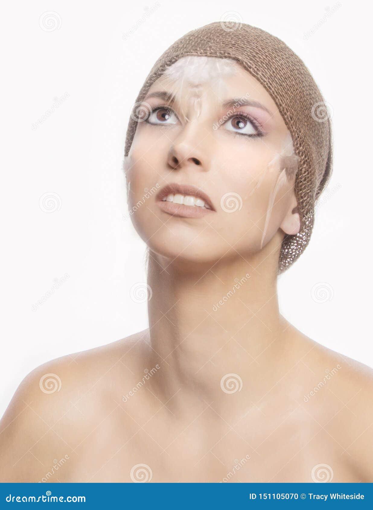 Modello di bellezza nel trucco di base con la fascia della tela da imballaggio
