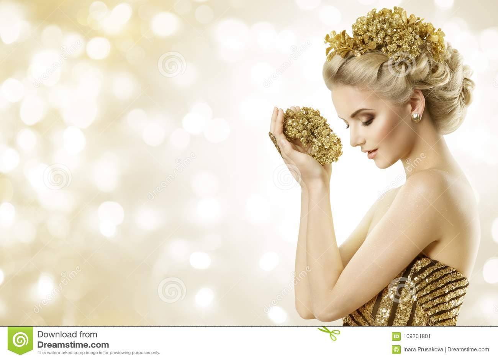 Modello di moda Hold Gold Jewelry in mani, acconciatura di bellezza della donna
